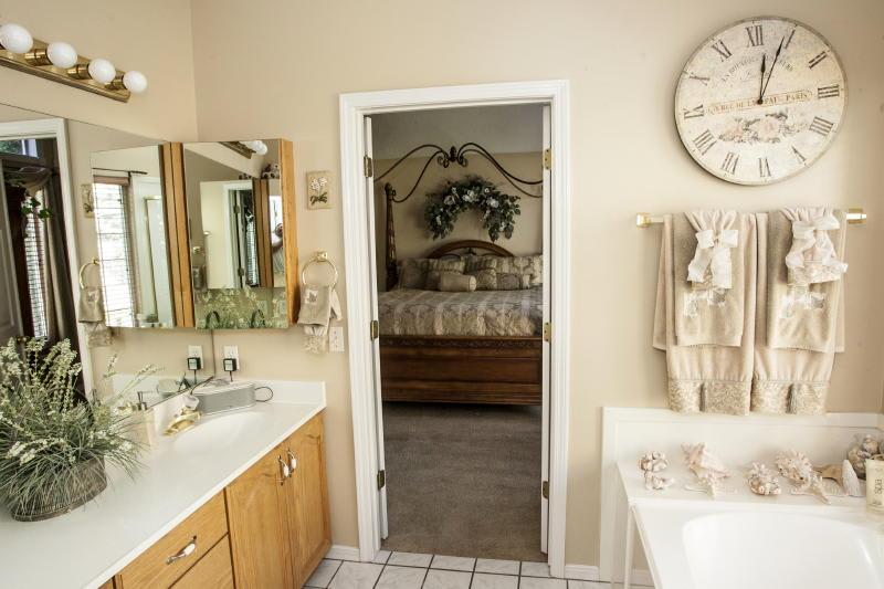 Master En-Suite Bathroom   Towels Provided