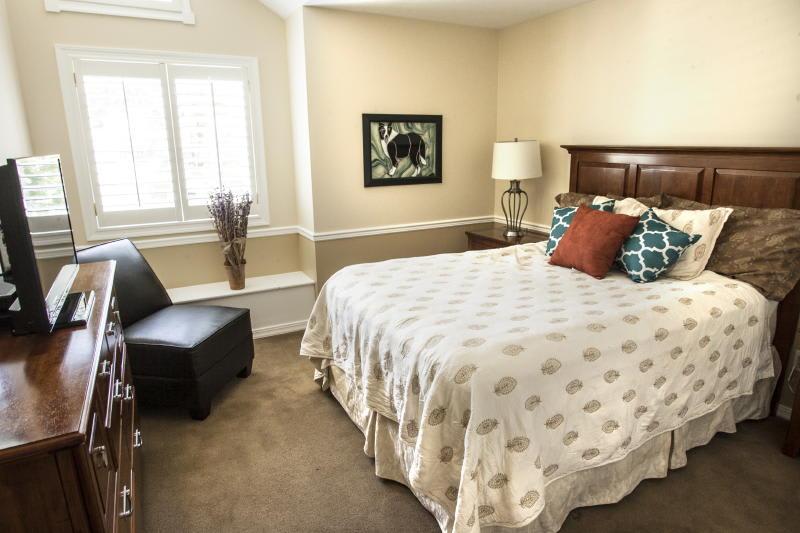 Bedroom 2   Queen Bed   Linens Provided   2nd Floor