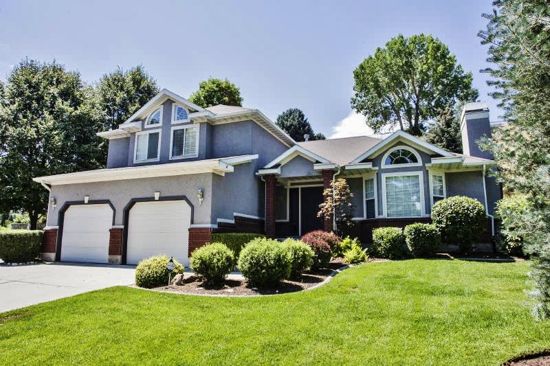 Home Exterior   Garage Parking (2 Vehicles)   Driveway Parking (4 Vehicles)
