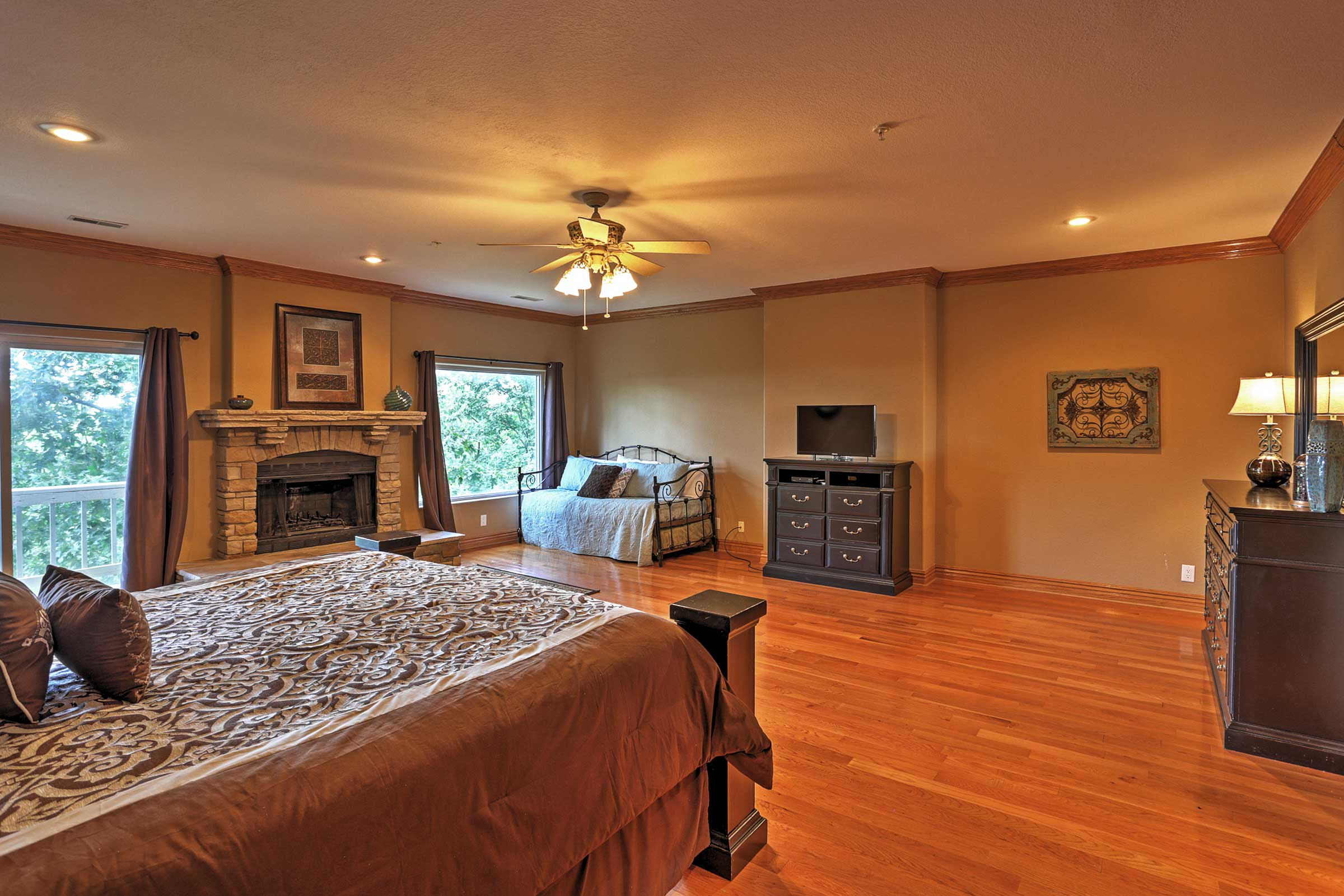 Master Bedroom | Cable TV | Fireplace