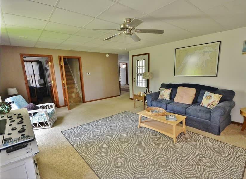Living Room   Flat-Screen TV w/ Roku