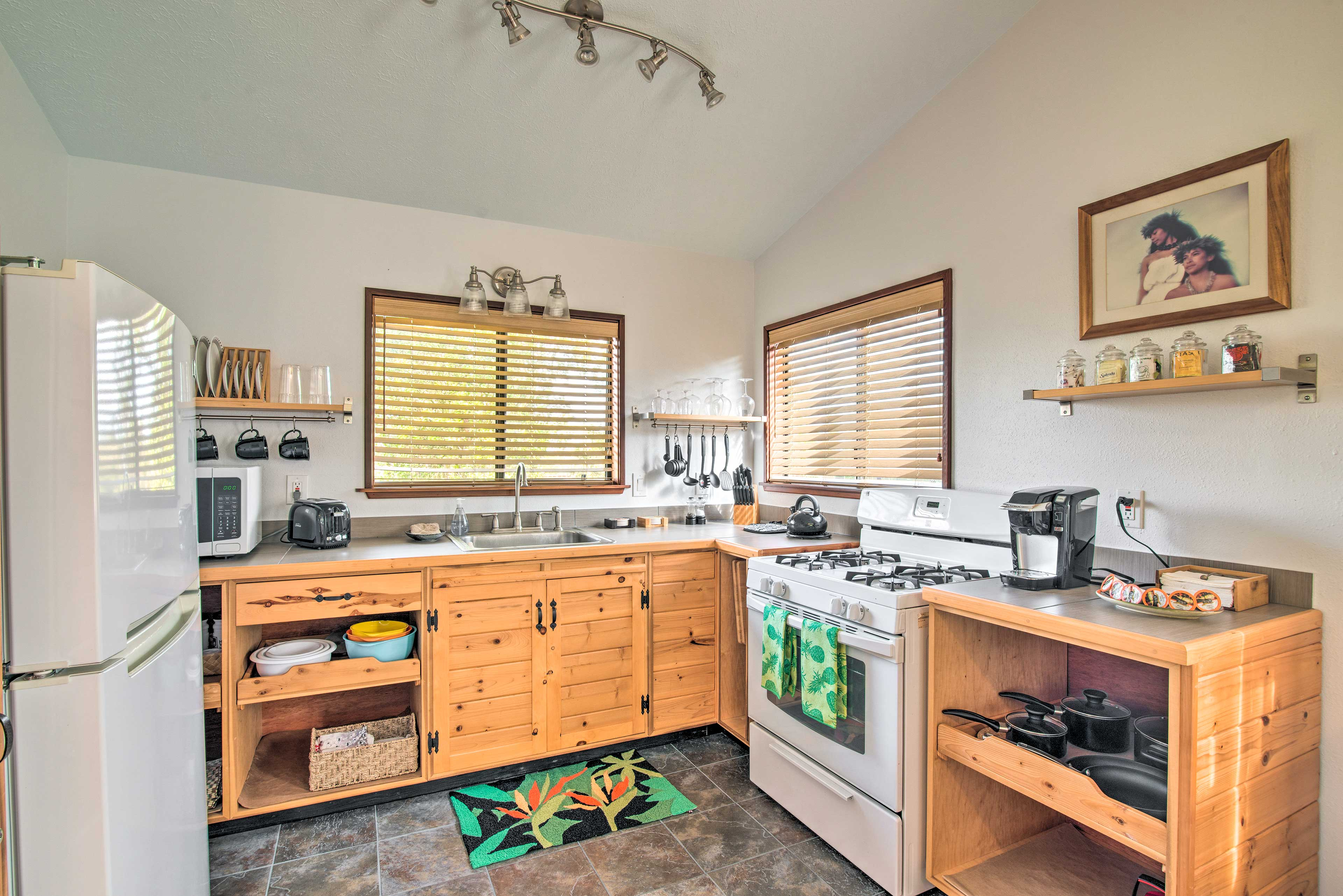 Well-Equipped Kitchen | Toaster | Full Knife Set | Tea Kettle