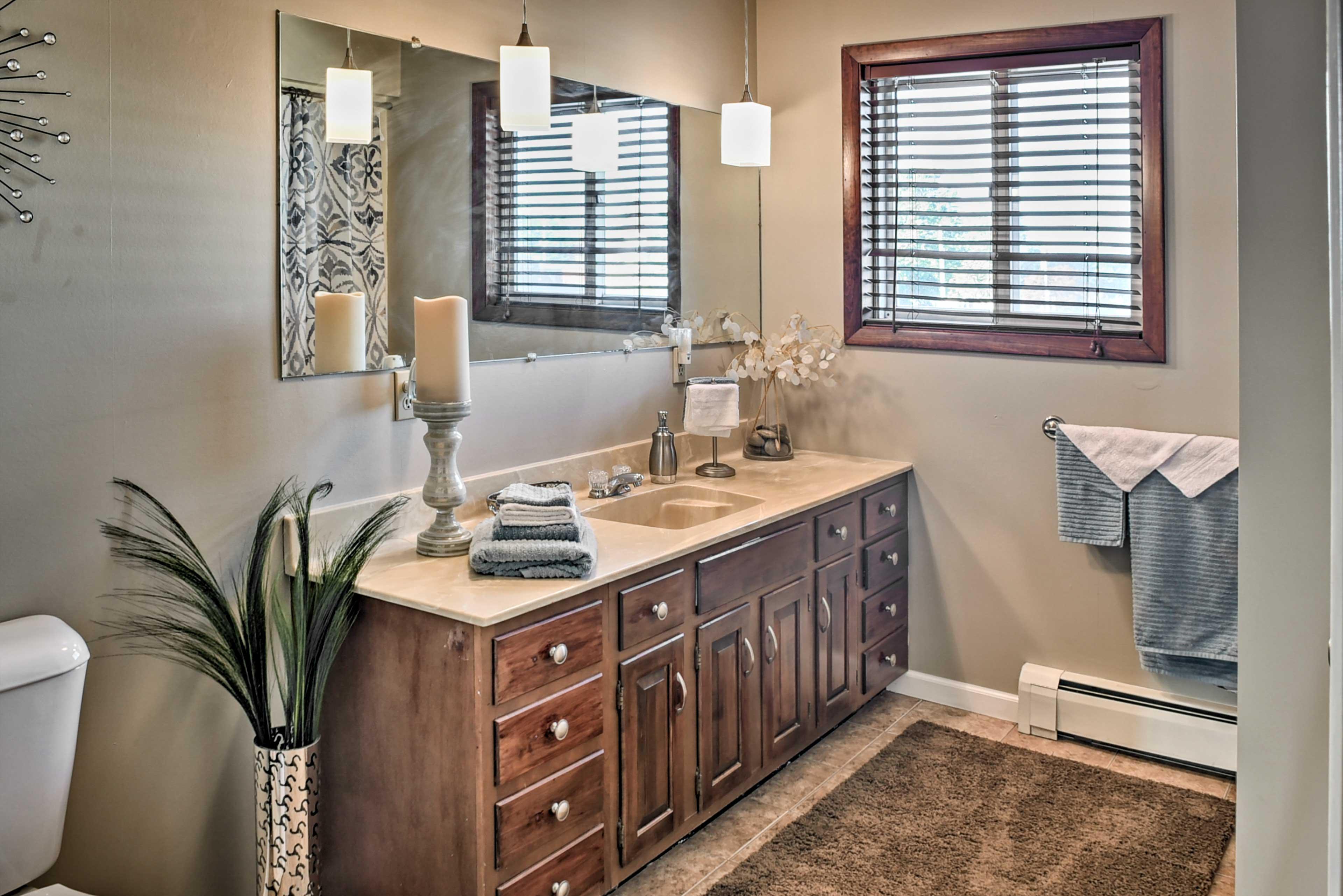 Full Bathroom | Towels Provided | Shower/Tub Combo