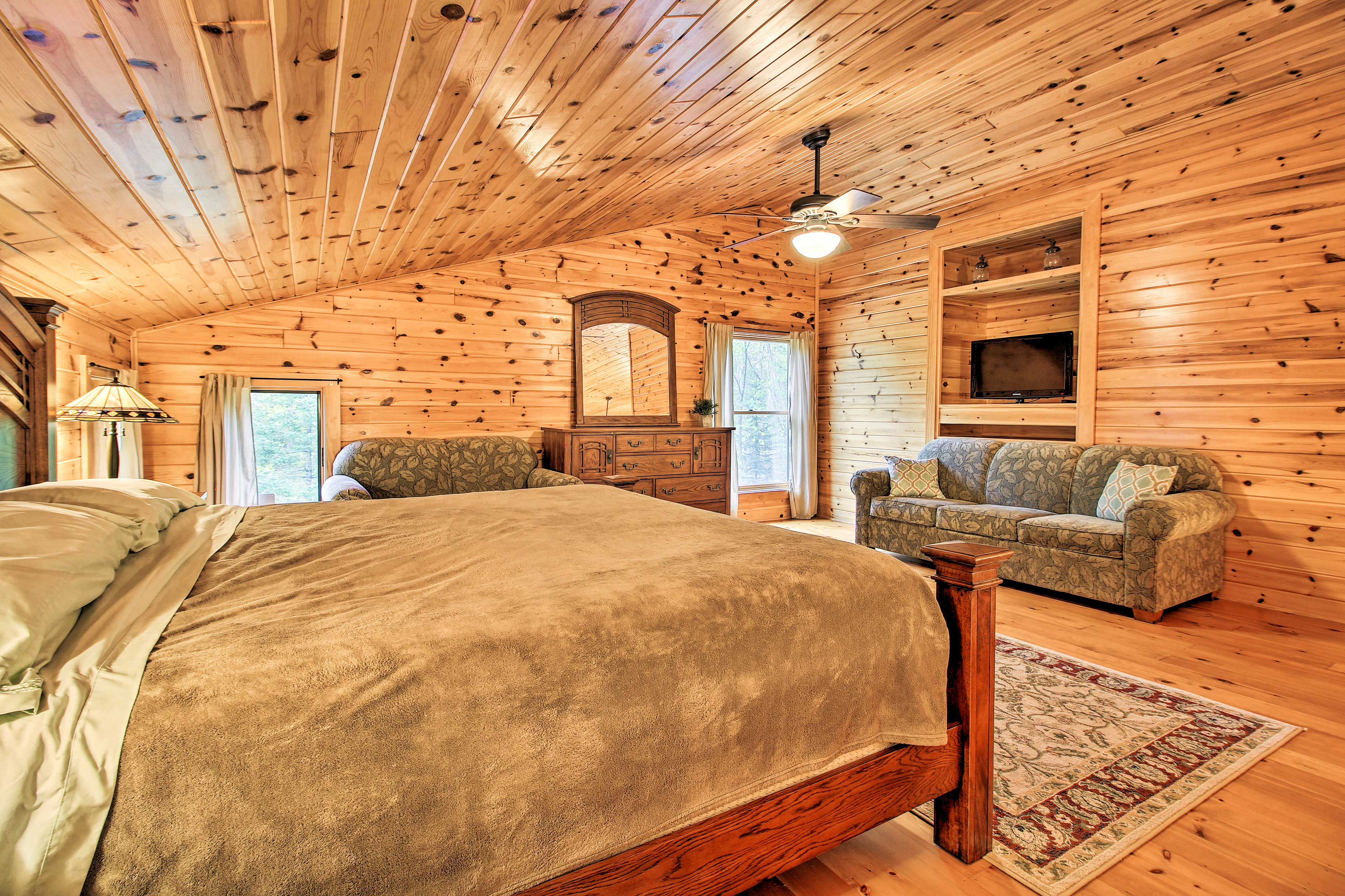 Master Bedroom | Linens Provided | Lounge Area