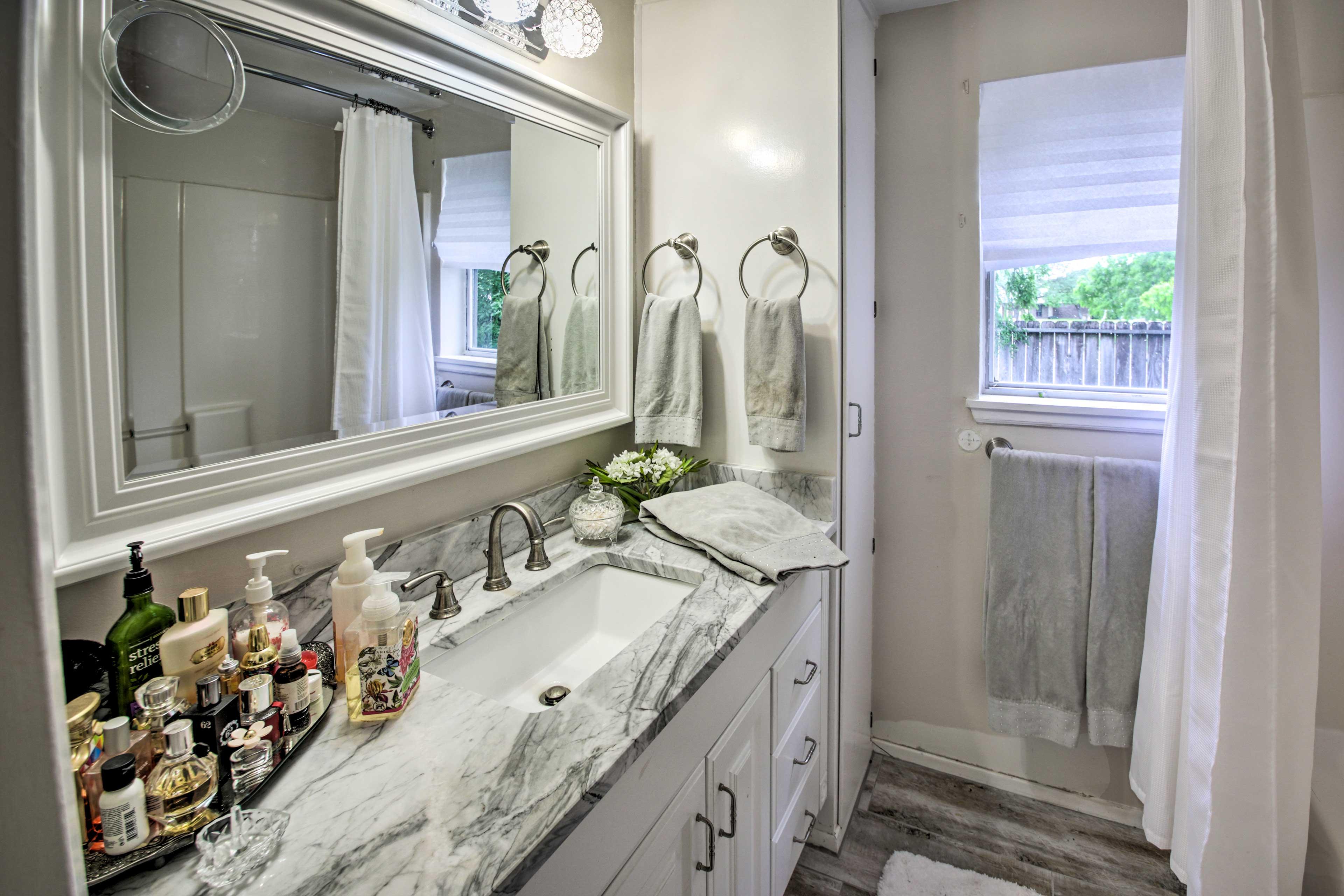 Full Bathroom | Complimentary Toiletries
