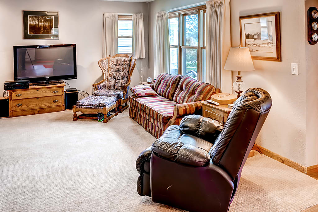 Living Room   60-inch Plasma TV w/ DVD Player