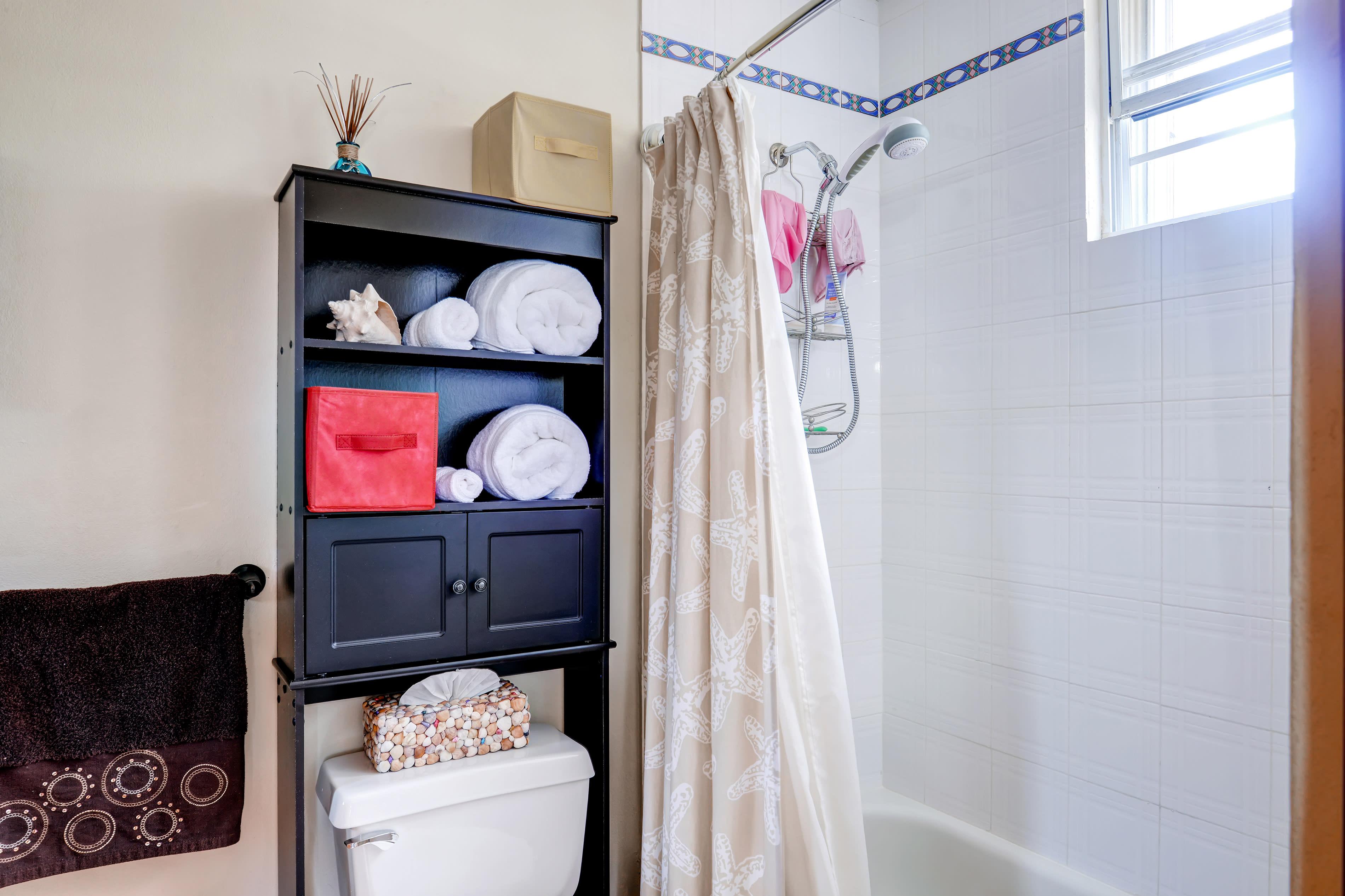 En-Suite Bathroom | Towels Provided | Shower/Tub Combo