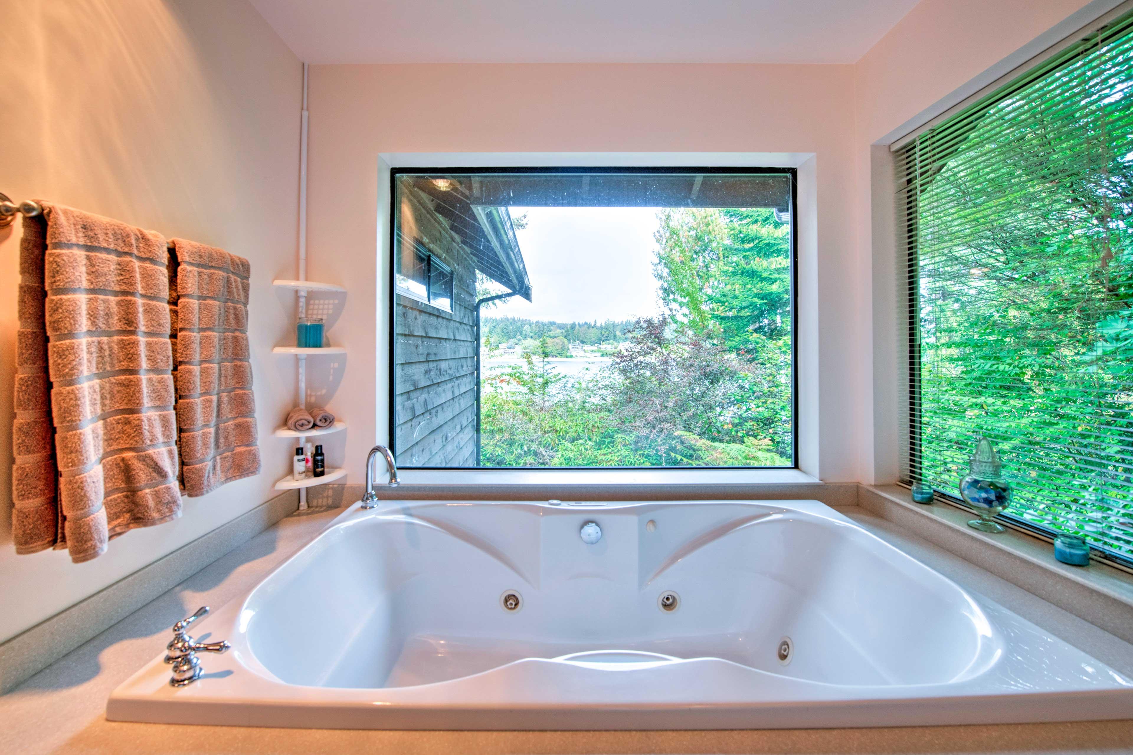 Bathroom | 2nd Floor | Jetted Soaking Tub
