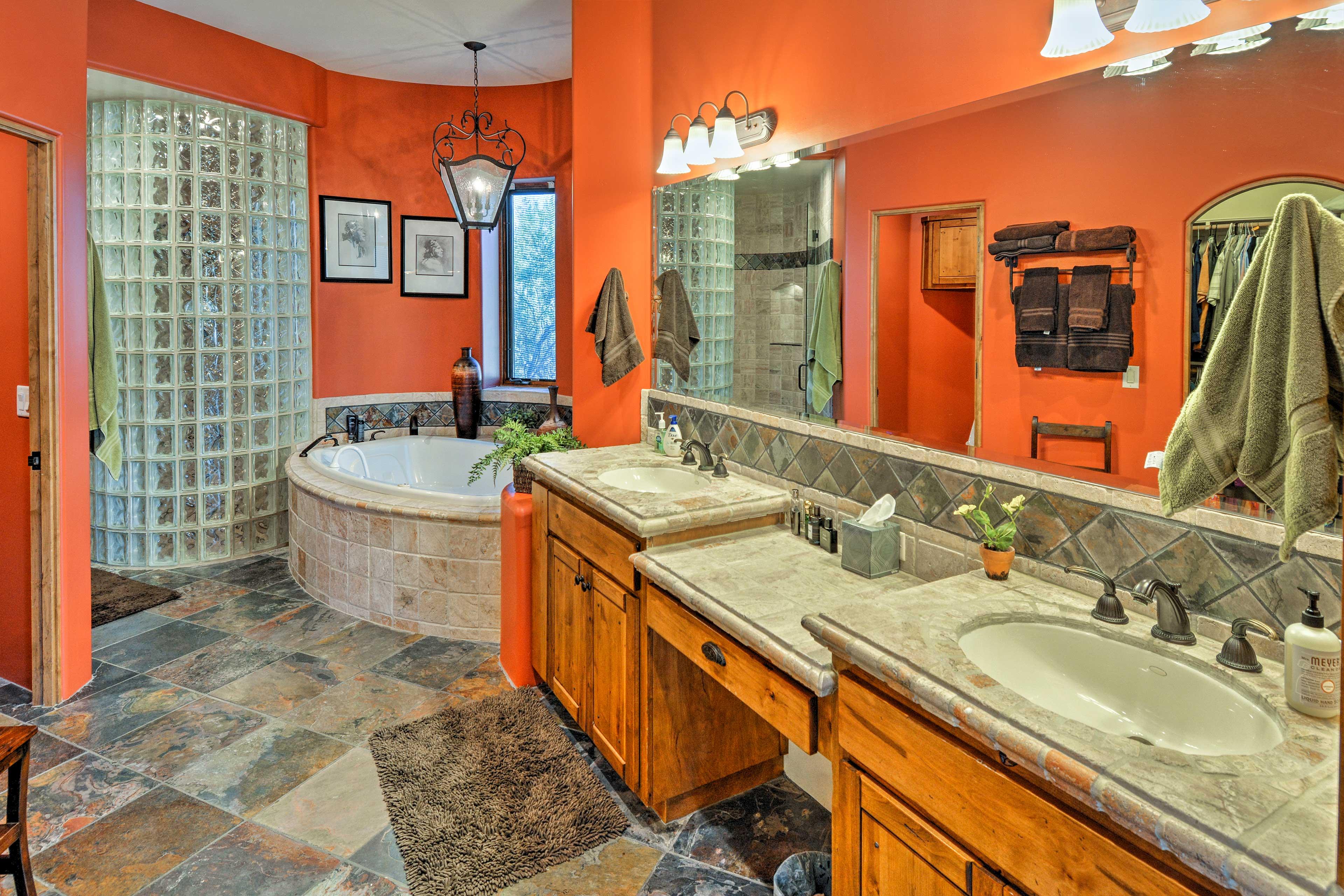 En-Suite Bathroom   Soaking Tub   Complimentary Toiletries