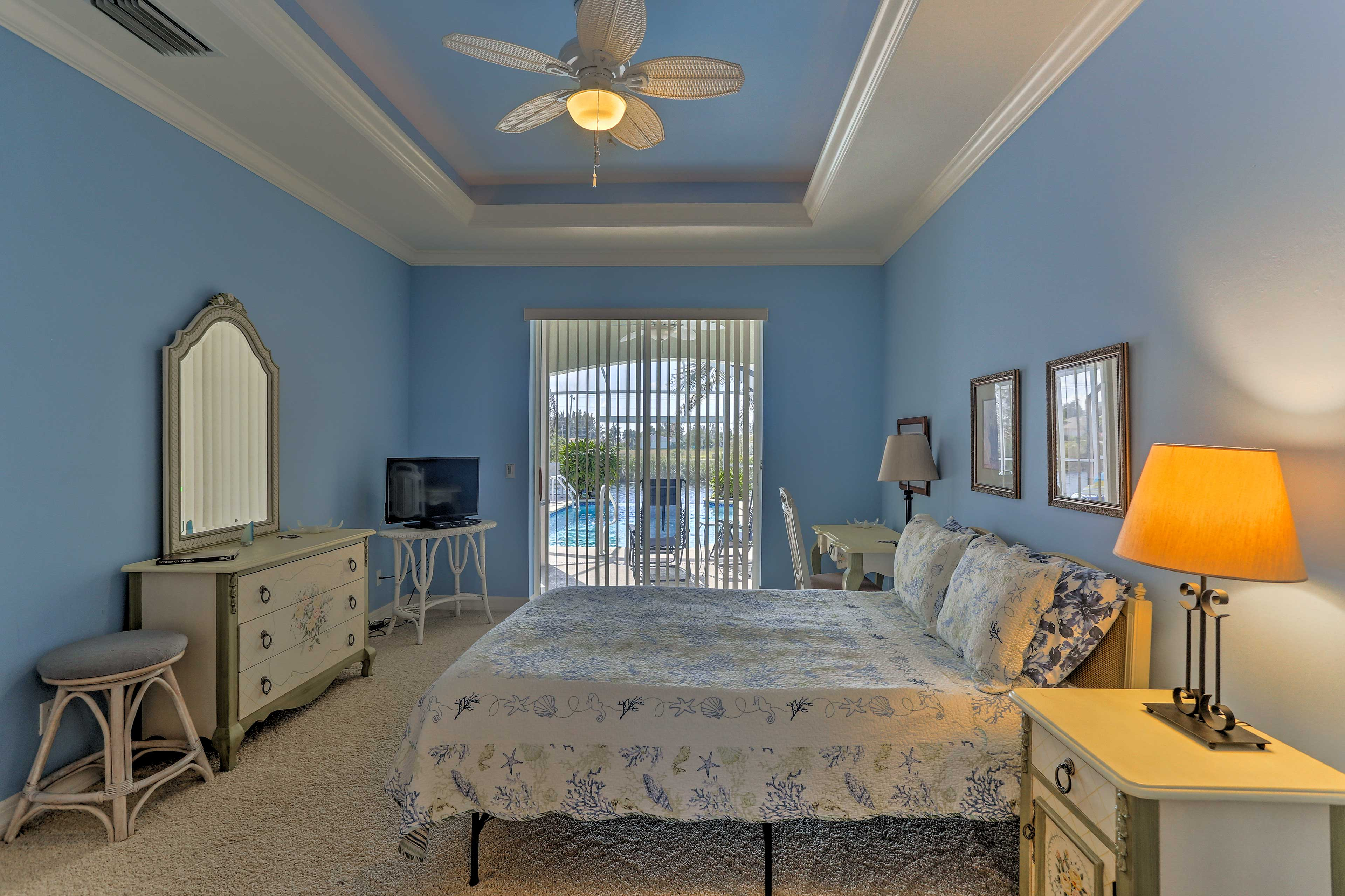 Master Bedroom | Queen Bed | Cable TV