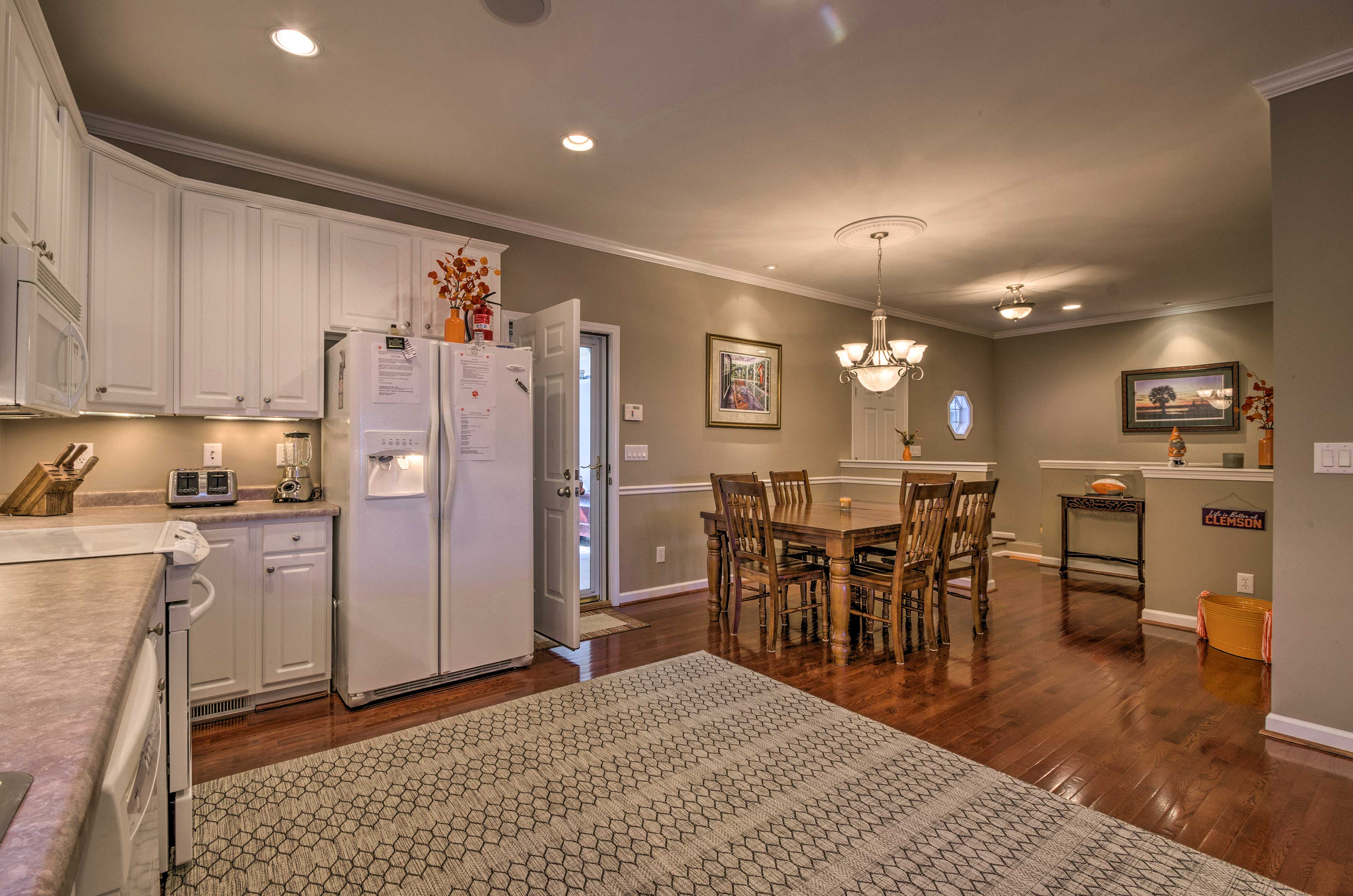 Fully Equipped Kitchen | Dining Nook