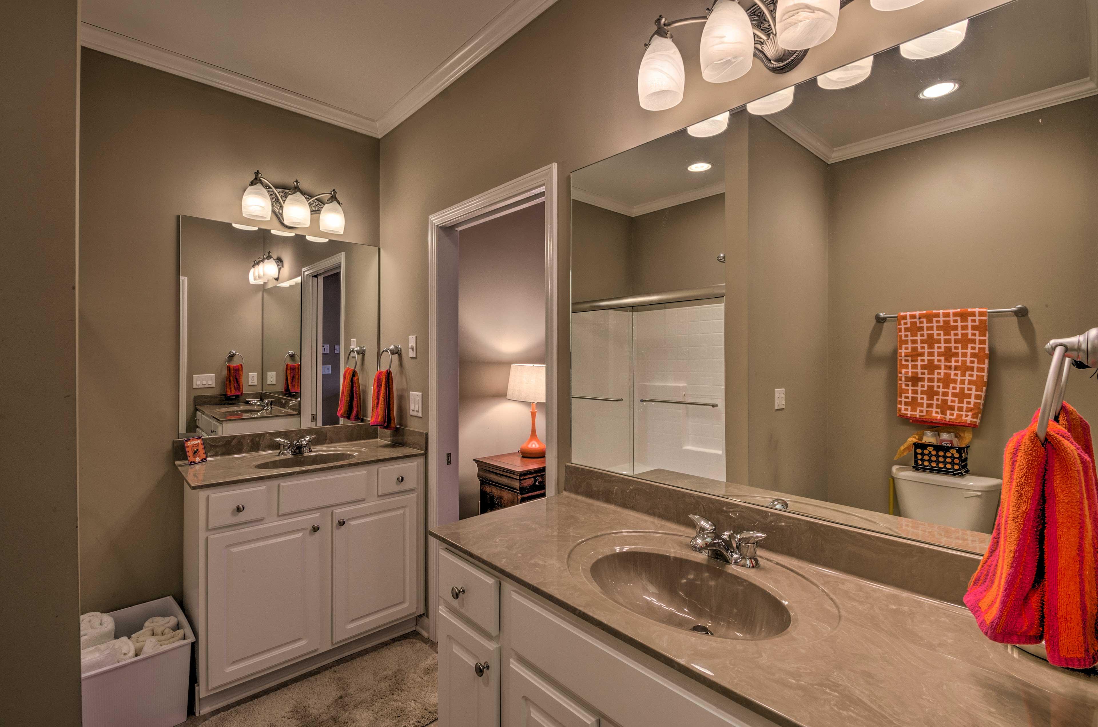 En-Suite Full Bathroom | Towels Provided
