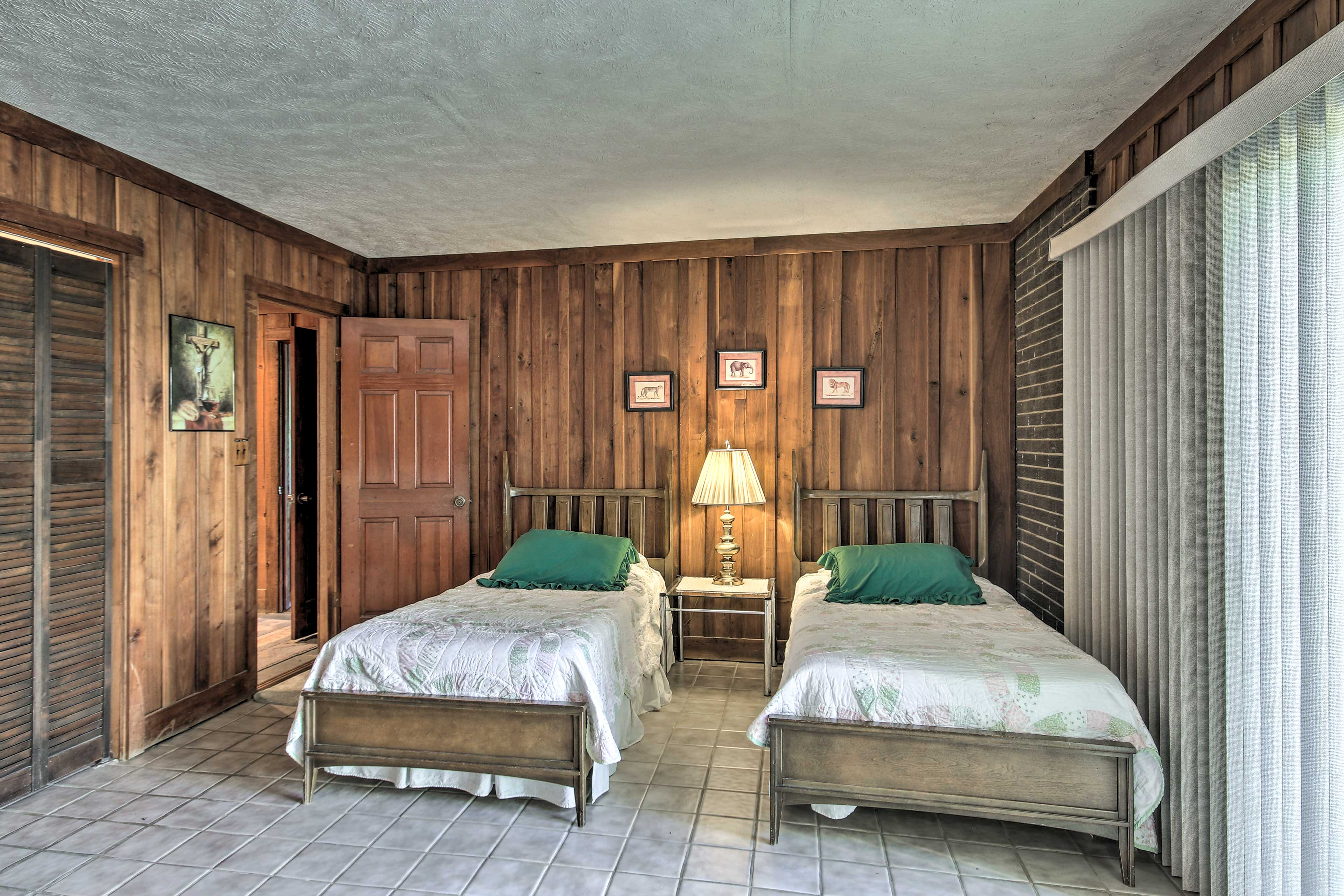 Kids will love this room with 2 twin beds.