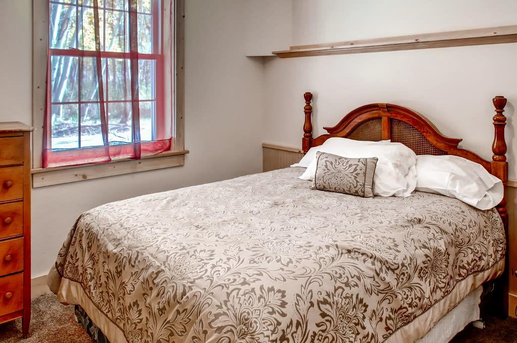 Bedroom 4   Queen Bed