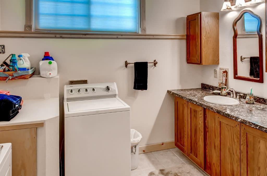 Full Bathroom   Laundry Machines