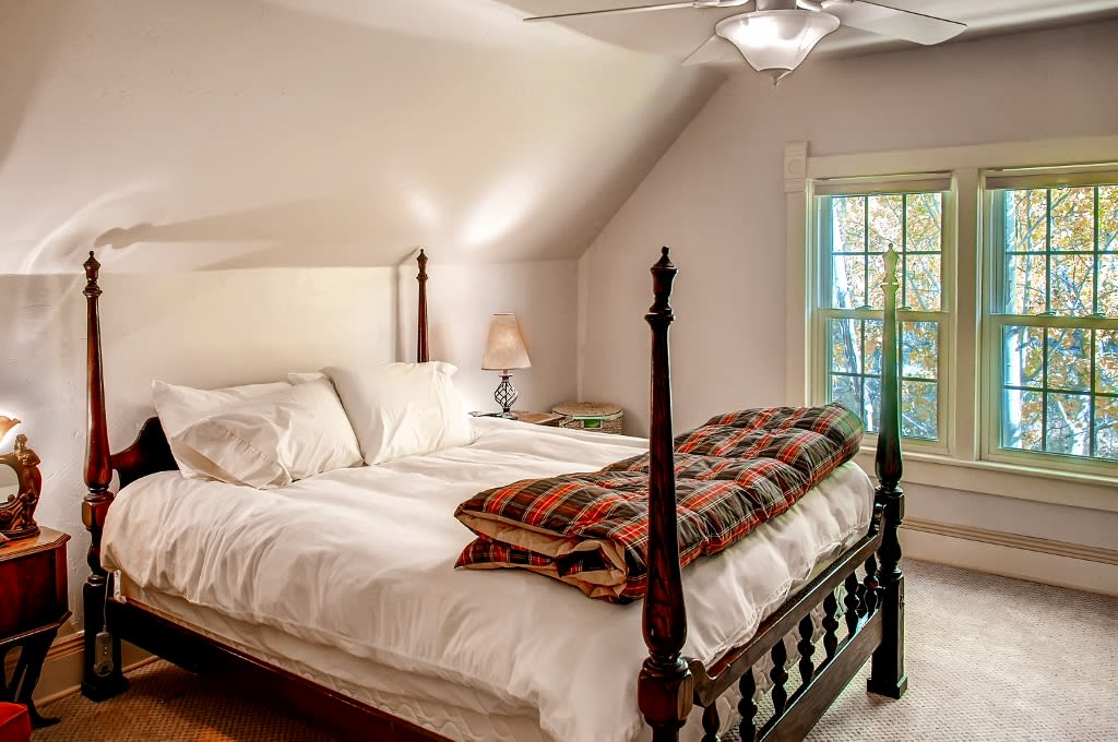 Master Bedroom   Queen Bed   Stairs Required