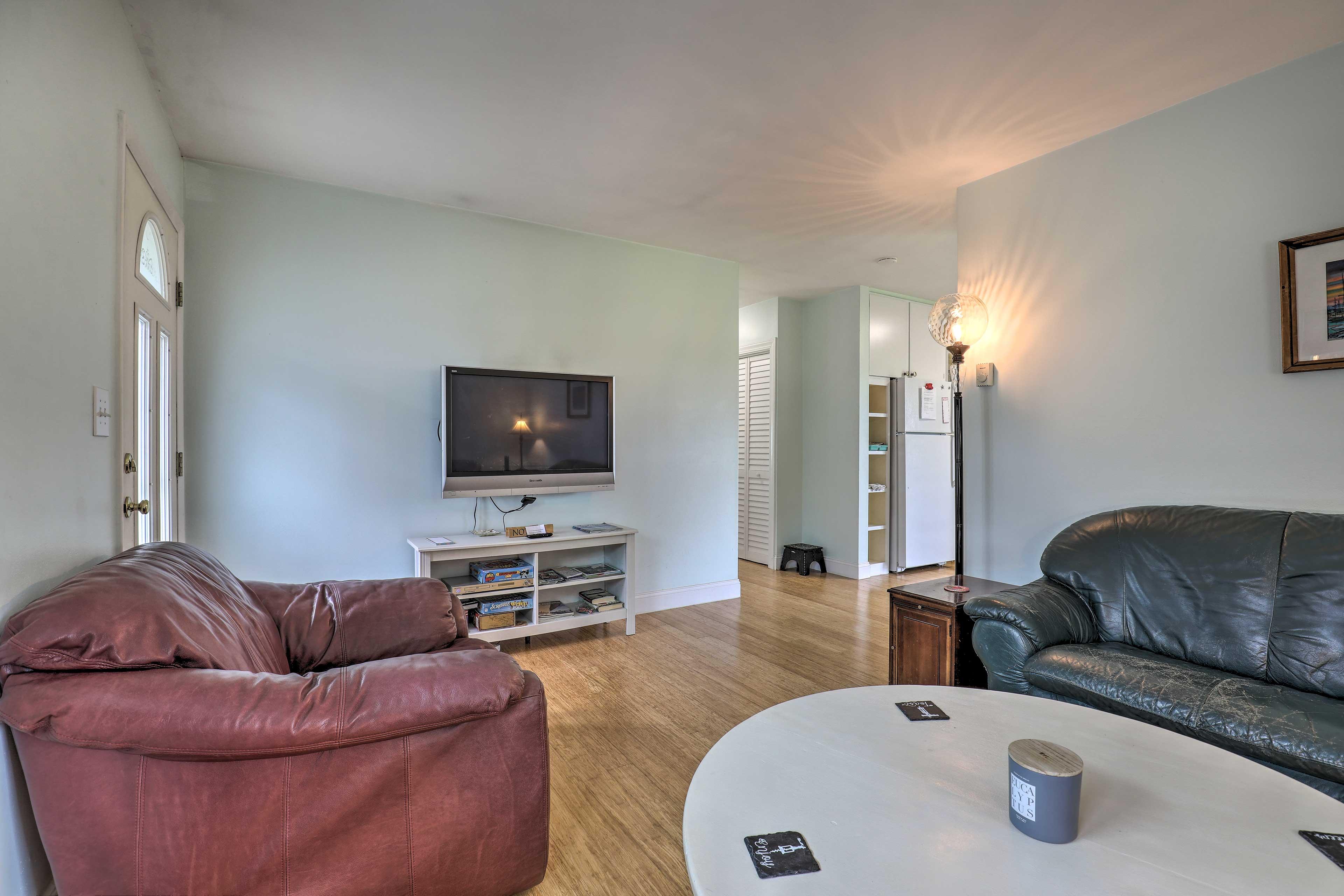 Living Room | TV w/ DIRECTV