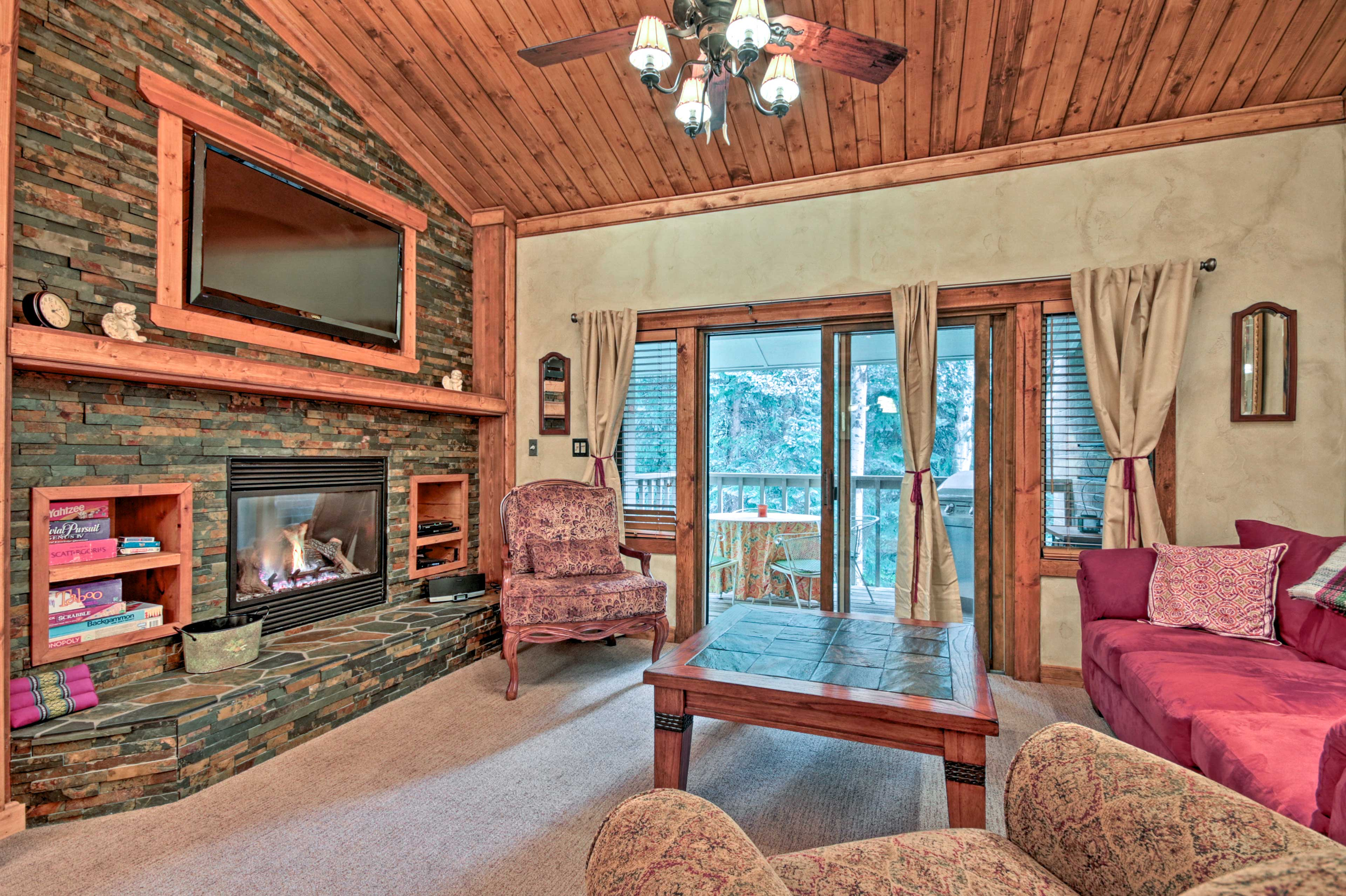 Living Room | Gas Fireplace | Flat-Screen Cable TV | Games