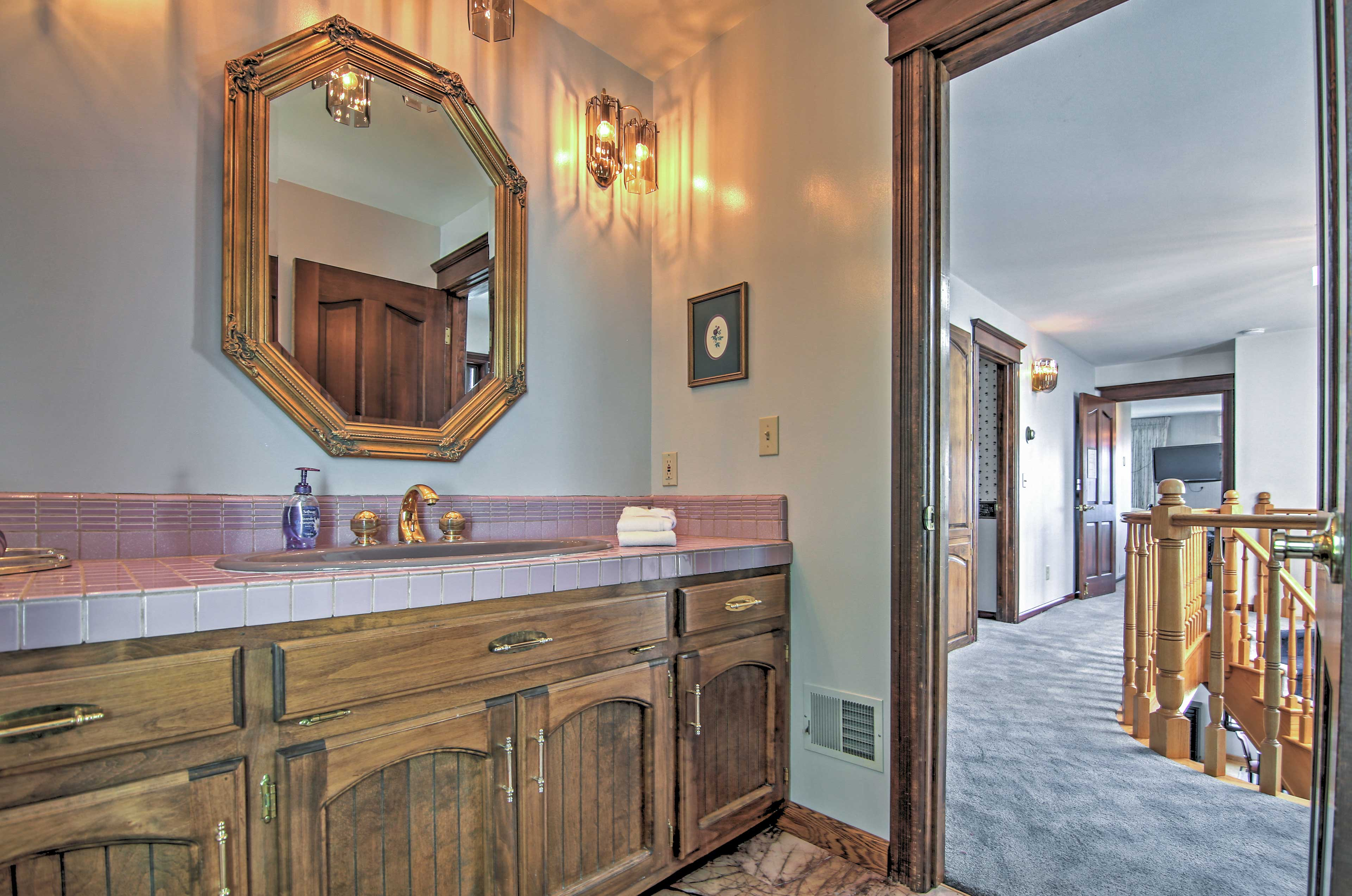 Full Bathroom   Towels & Toiletries Provided   2nd Floor