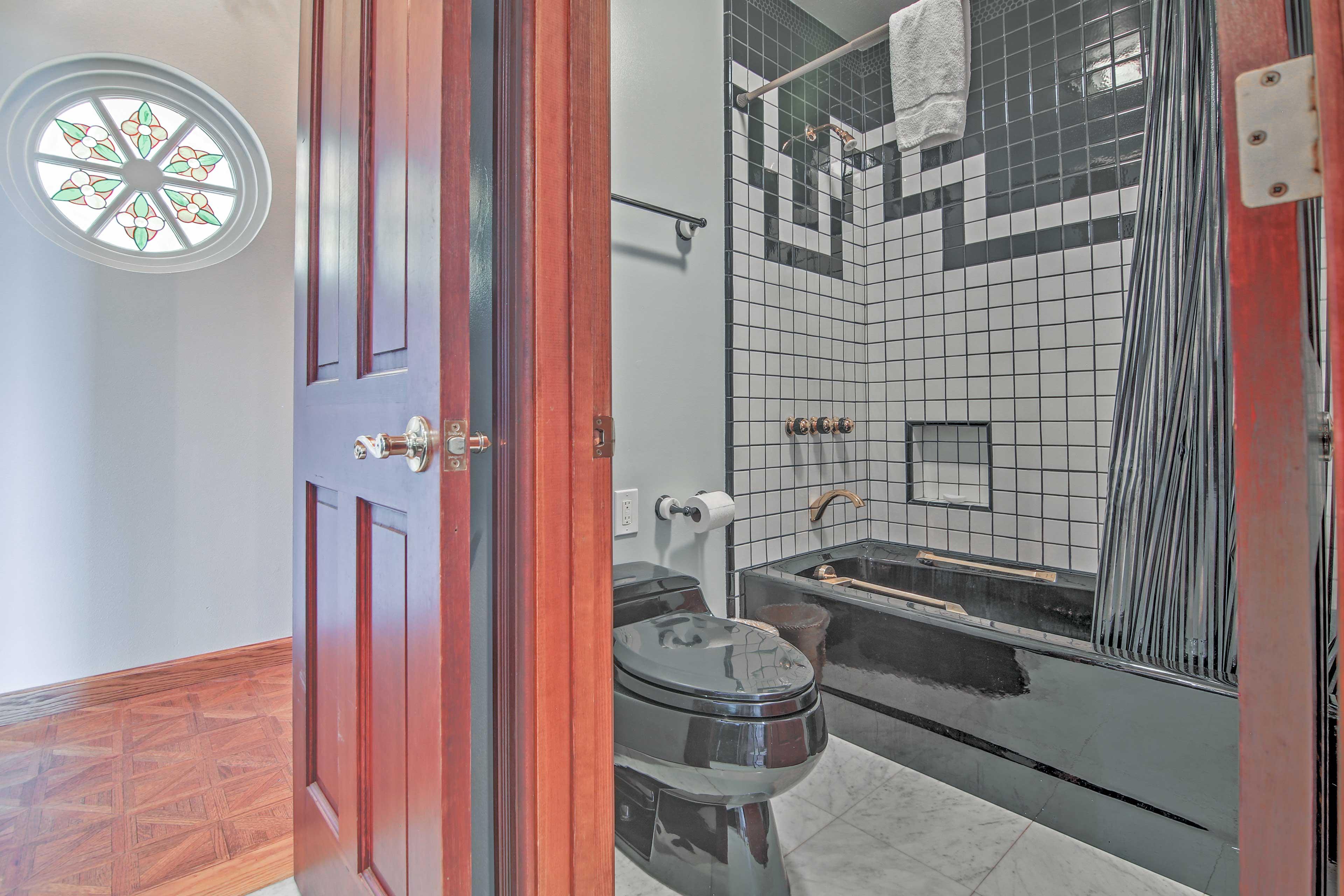 Full Bathroom   Towels & Toiletries Provided