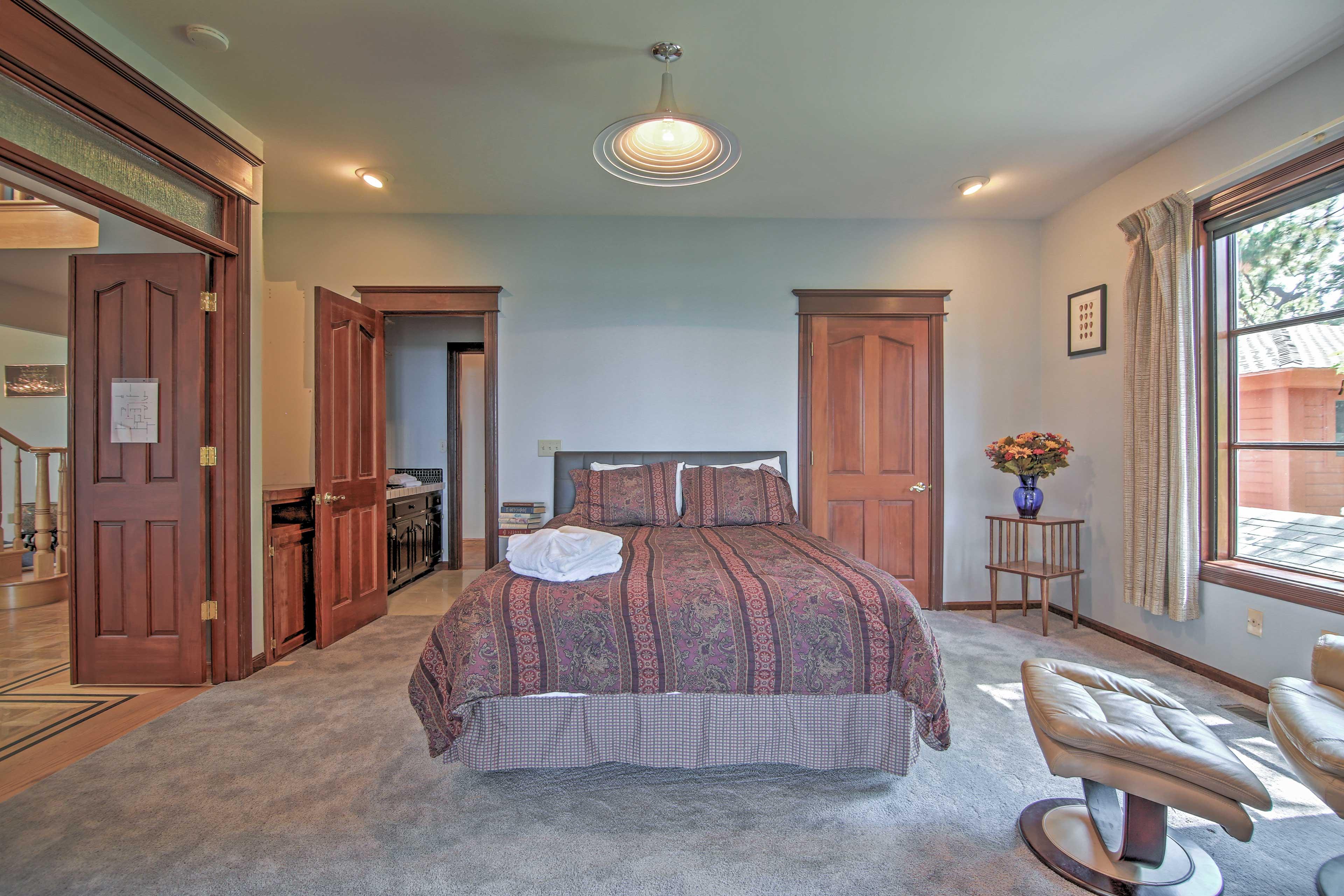 Bedroom 4   Queen Bed   1st Floor