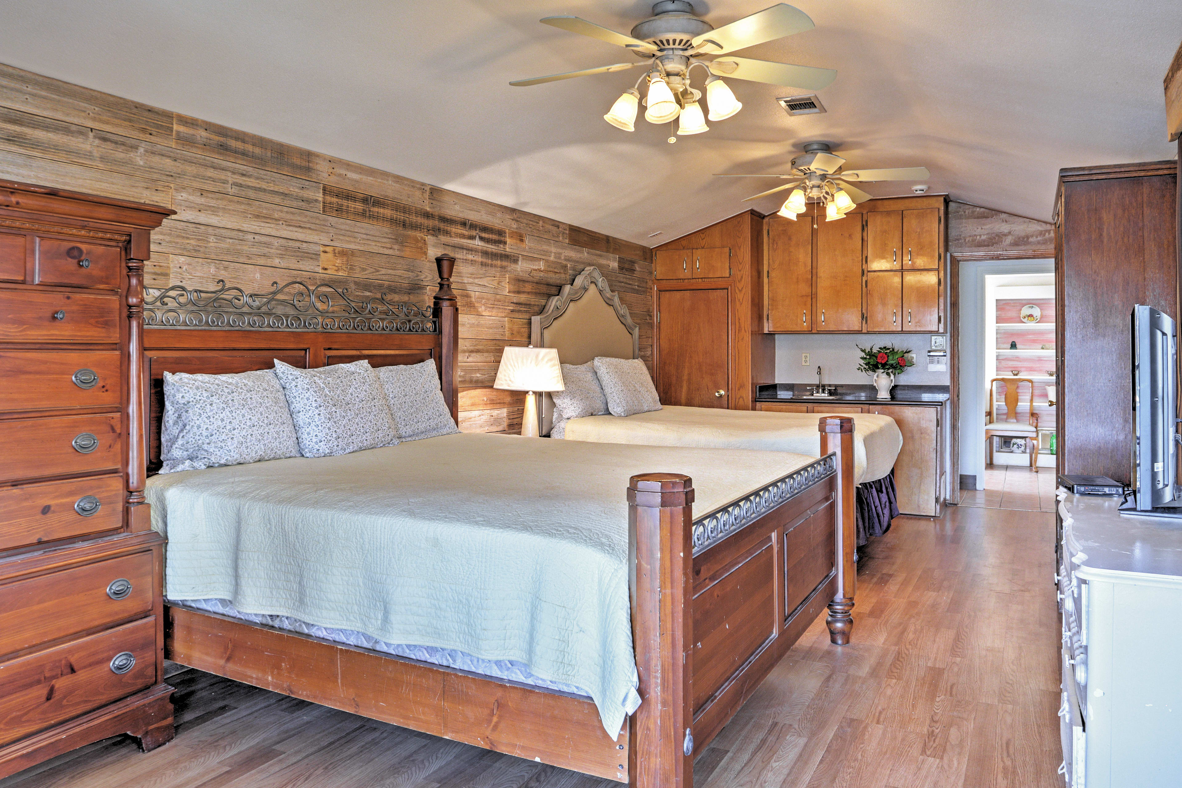 Master Bedroom | King Bed, Queen Bed | Linens Provided