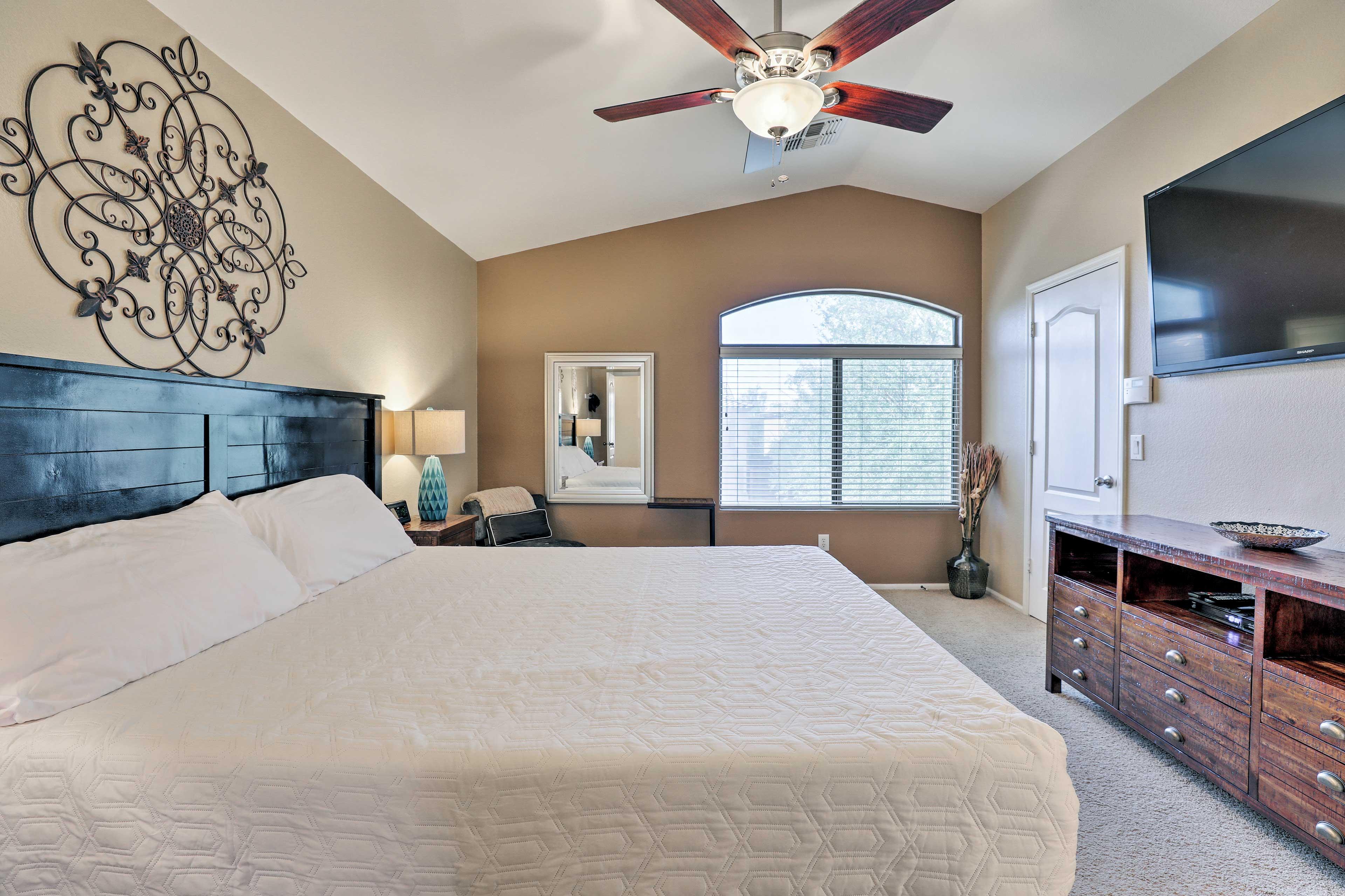 Bedroom 1   King Bed   Smart TV   2nd Floor