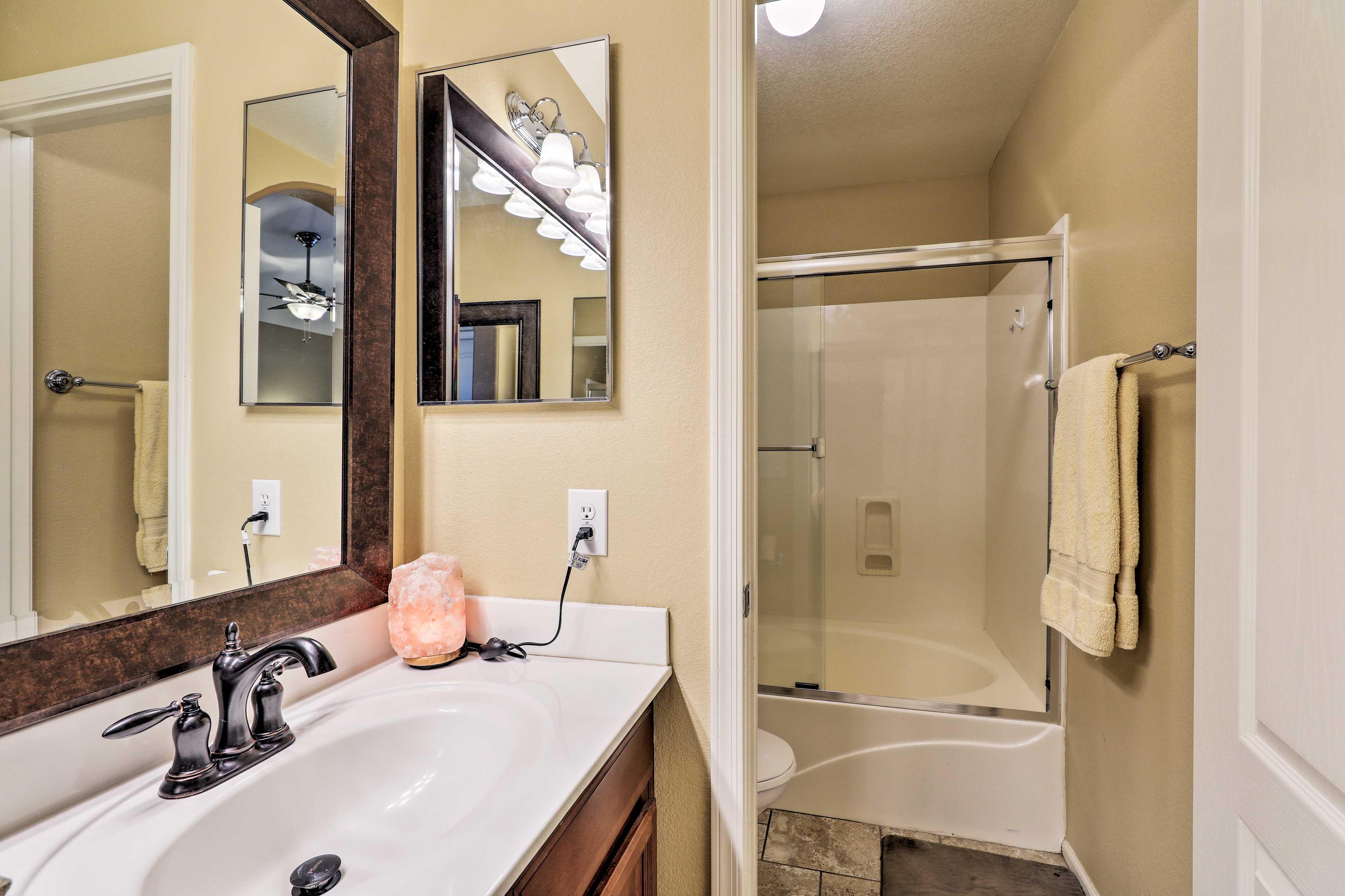 En-Suite Bathroom   Shower/Tub Combo