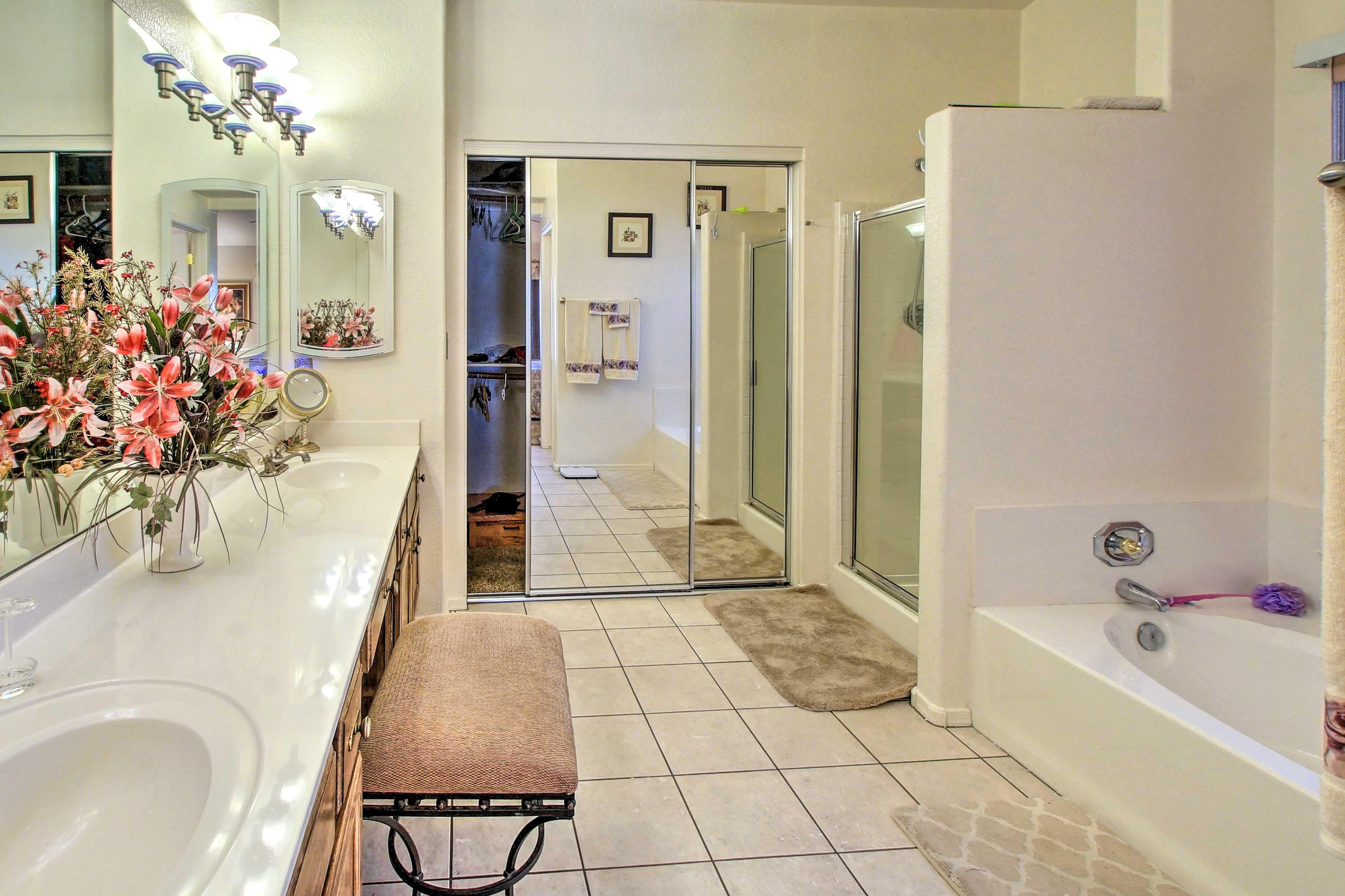 En-Suite Bathroom   Walk-In Shower   Bathtub