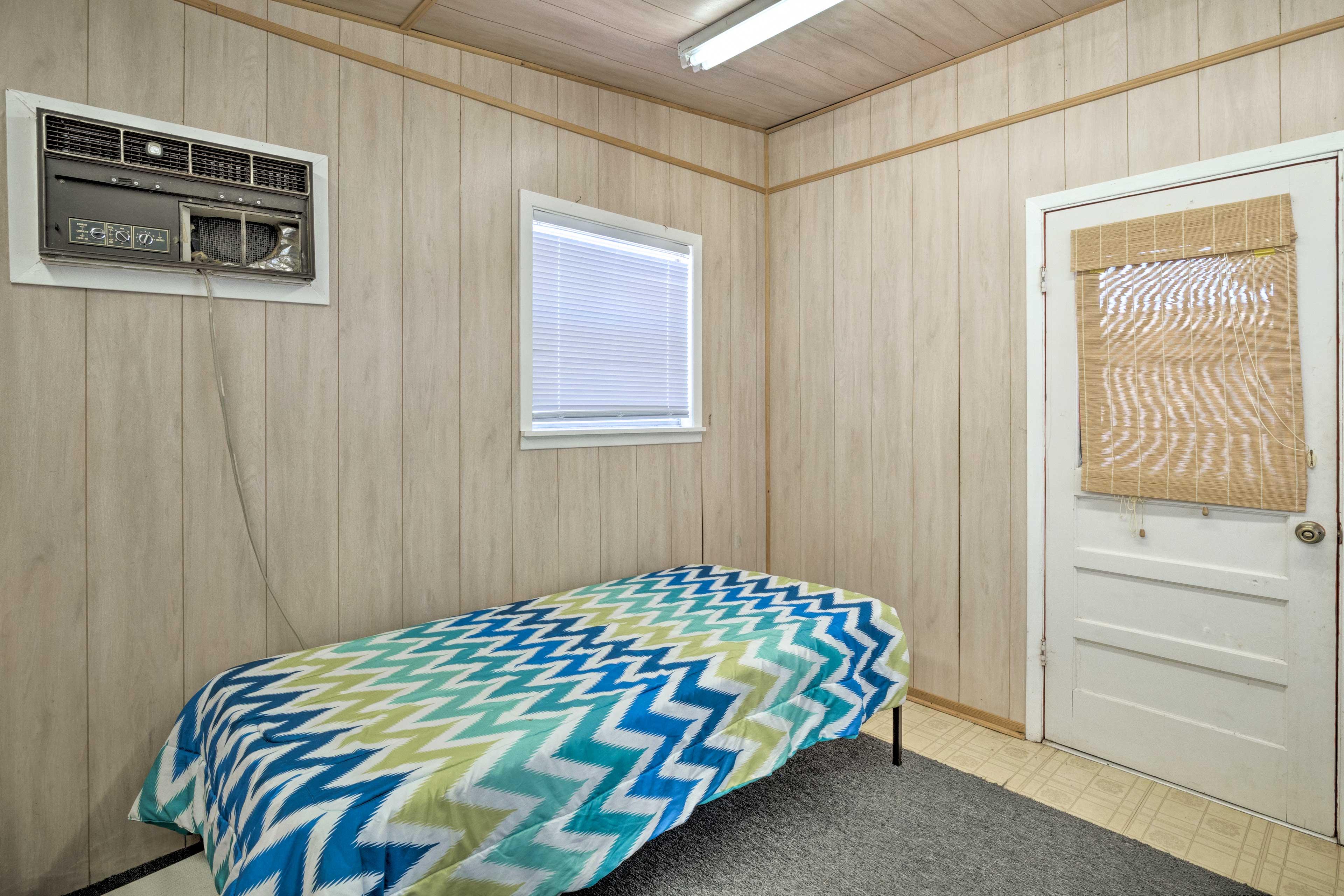 Bedroom 3 (Detached Apartment)   Queen Bed   2 Twin Beds