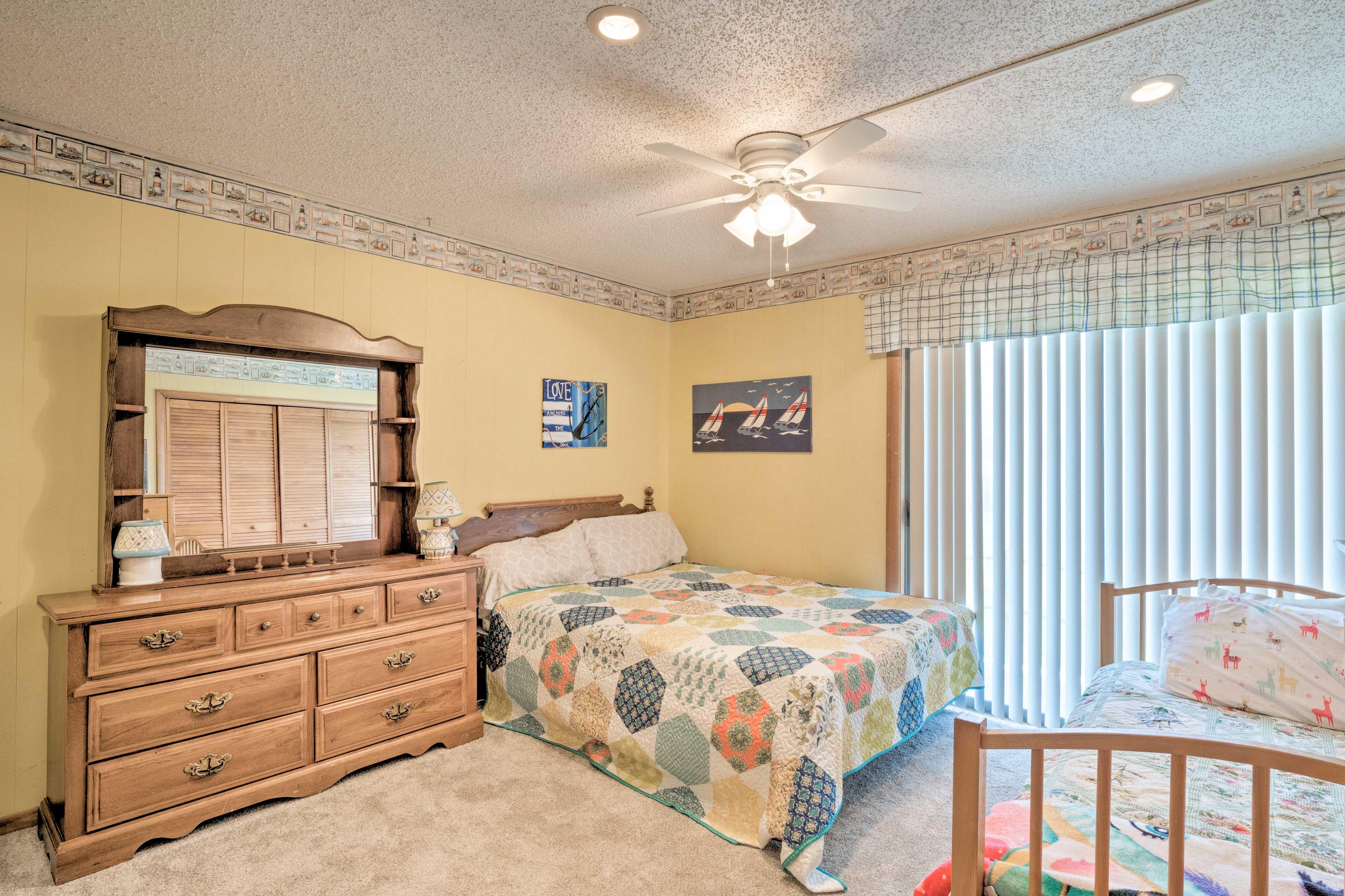 Bedroom 2   Queen Bed   2 Twin Beds
