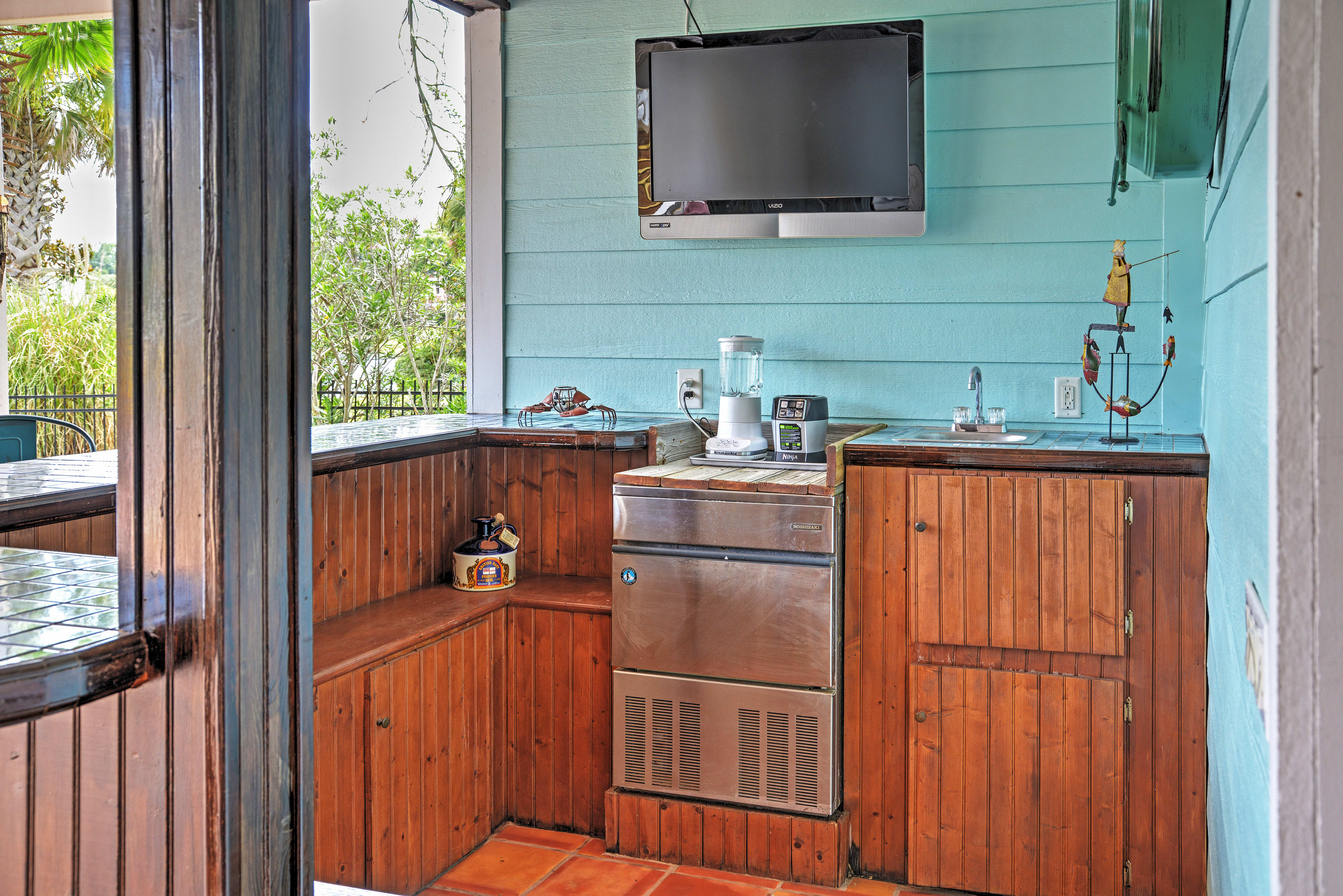 Whip up your favorite cocktail in the outdoor bar.