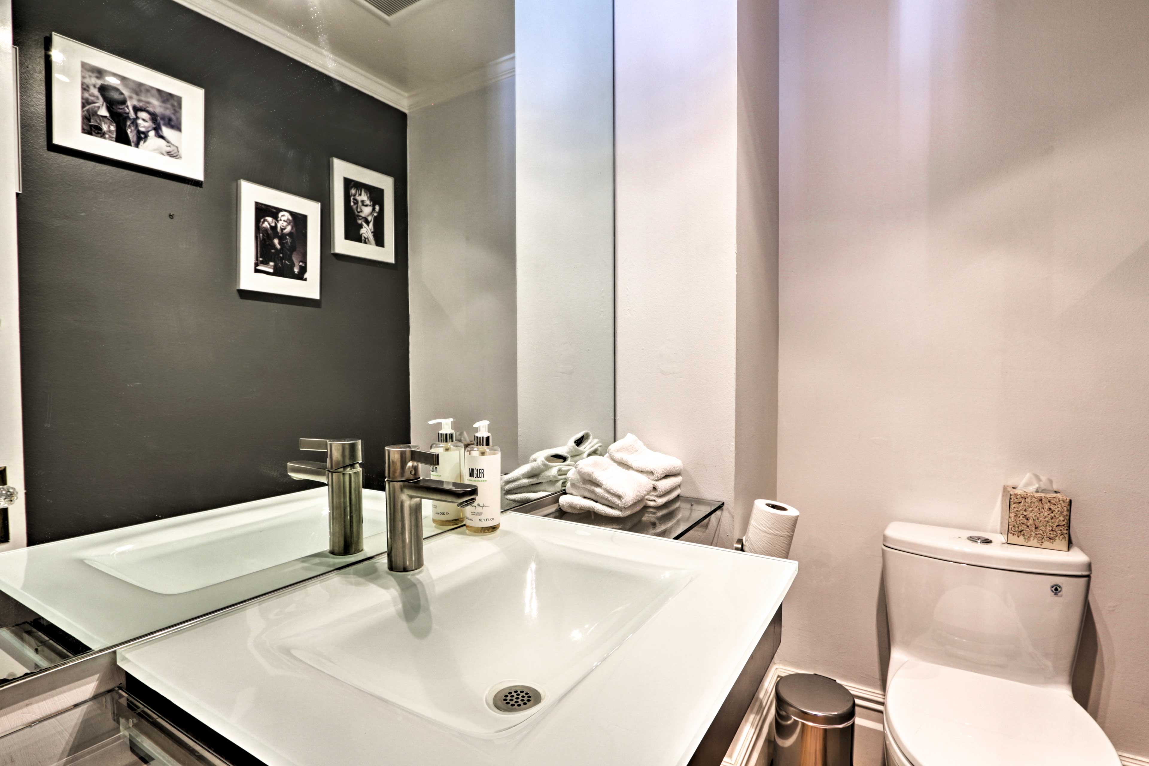 The property features 7.5 bathrooms.
