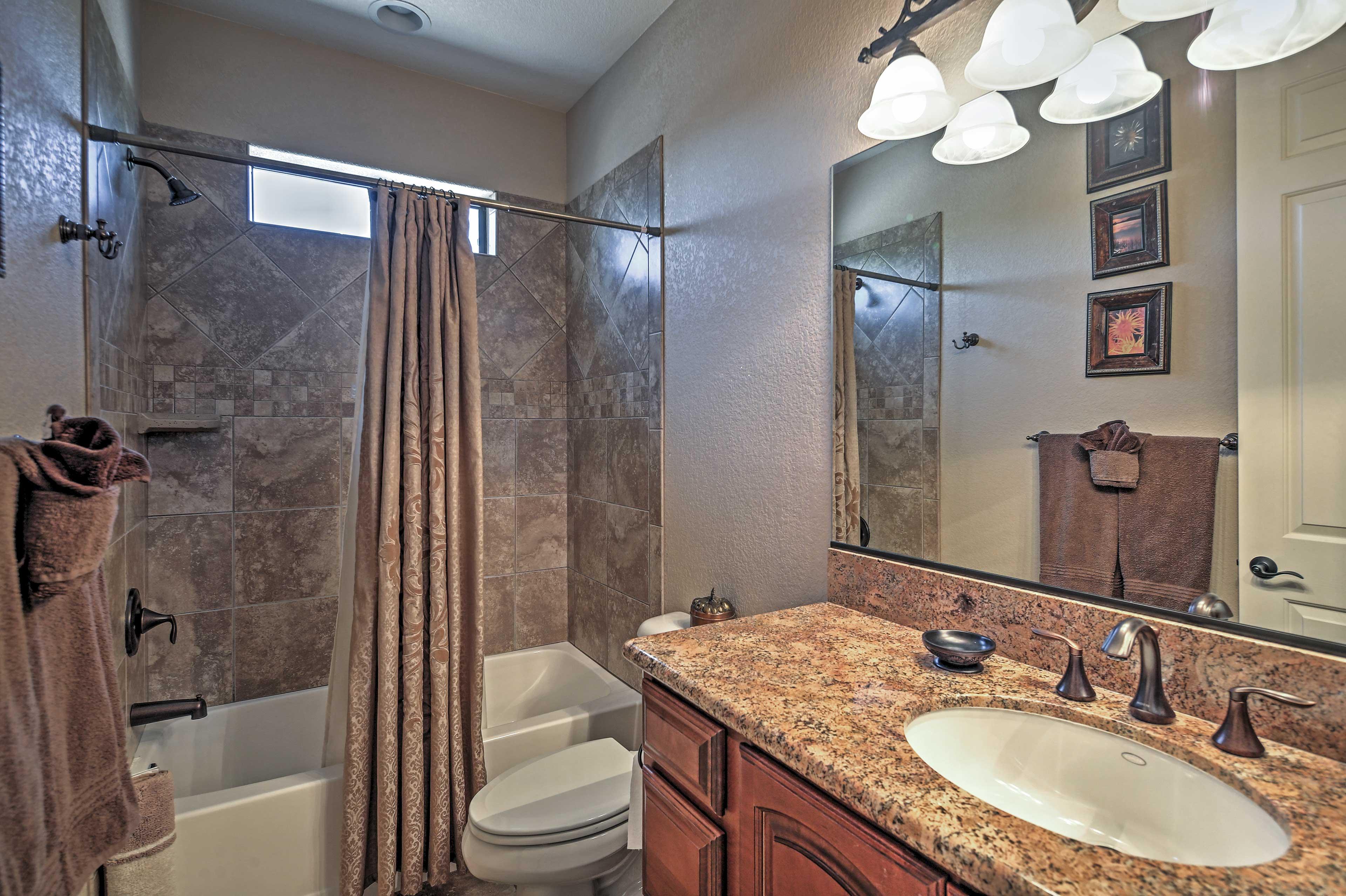 Full Bathroom   Shower/Tub Combo   Towels Provided