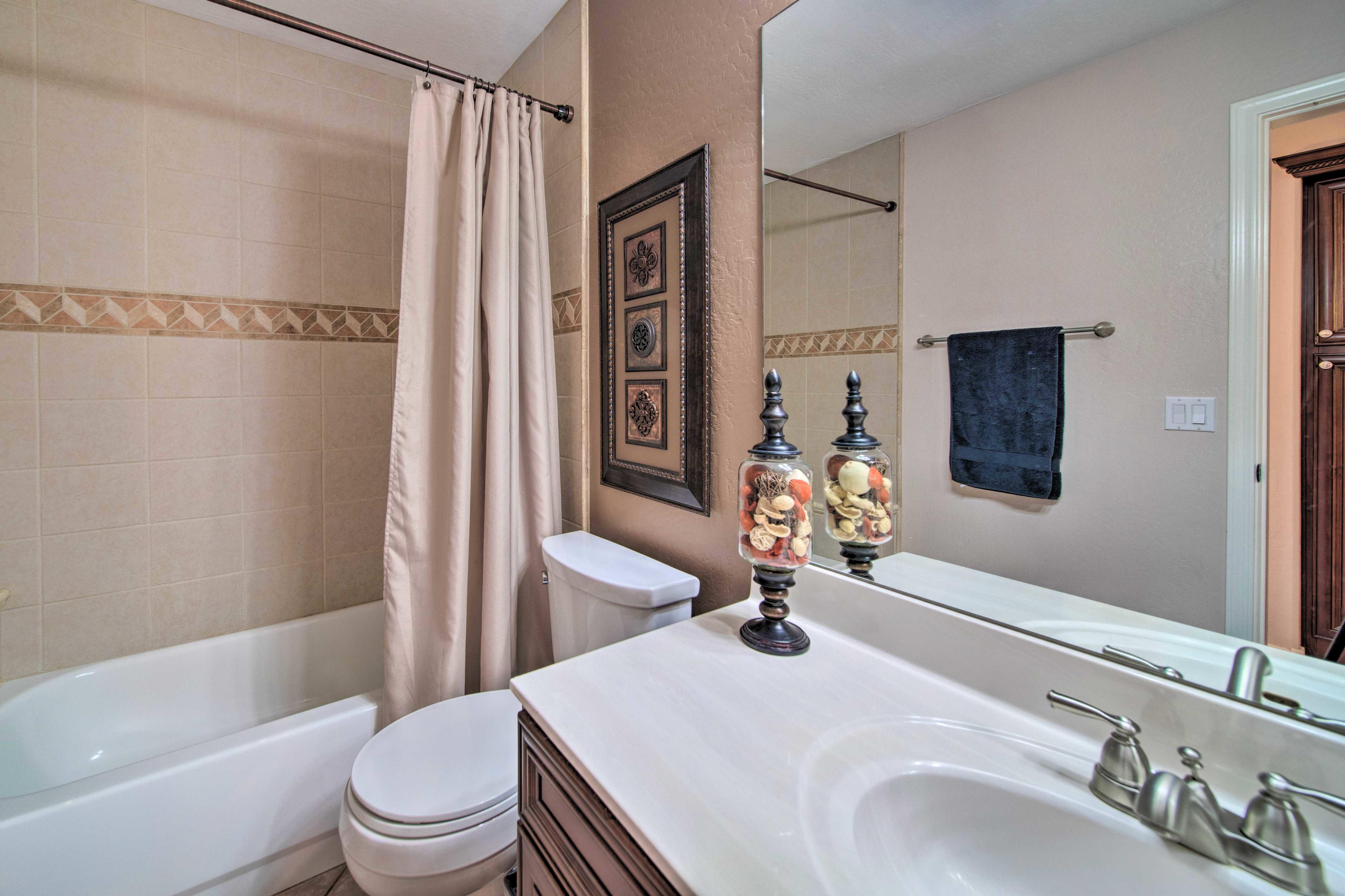 Full Bathroom | Shower/Tub Combo | Towels Provided