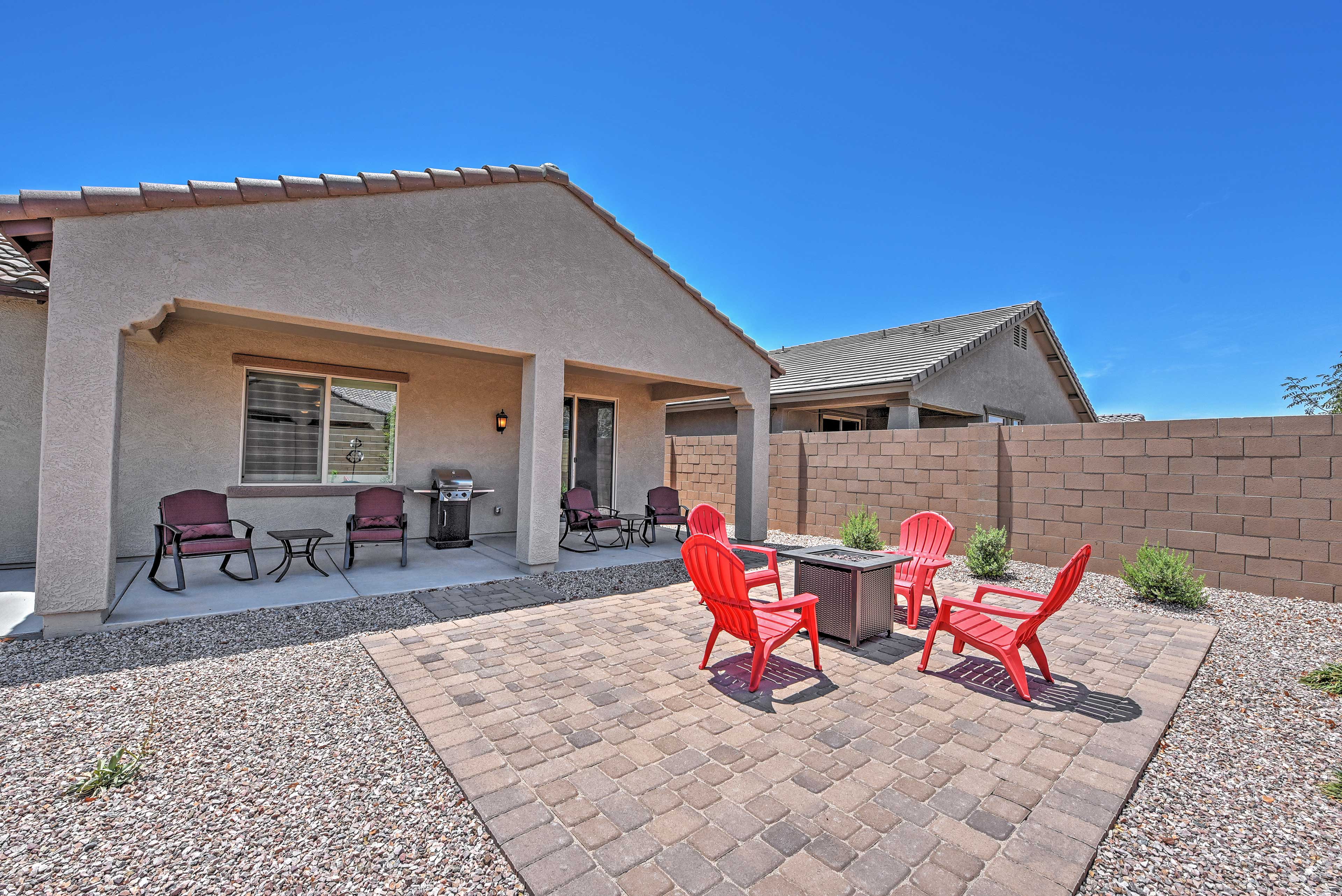 Private Fenced Backyard | Fire Pit | Gas Grill