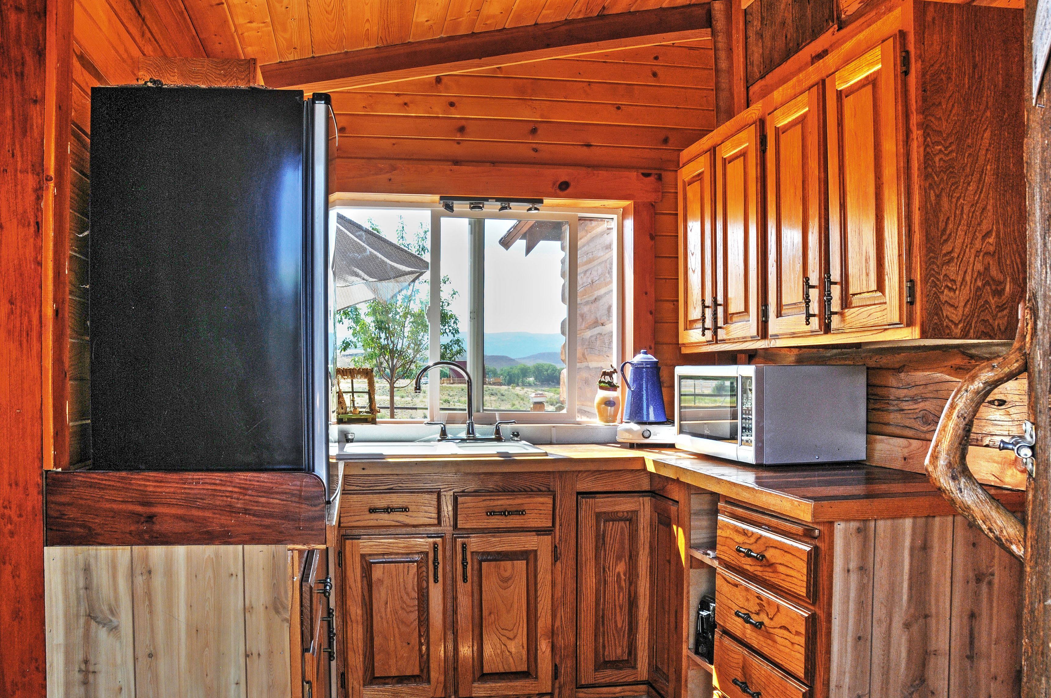 You can prepare delicious home-cooked meals in the well equipped kitchen.