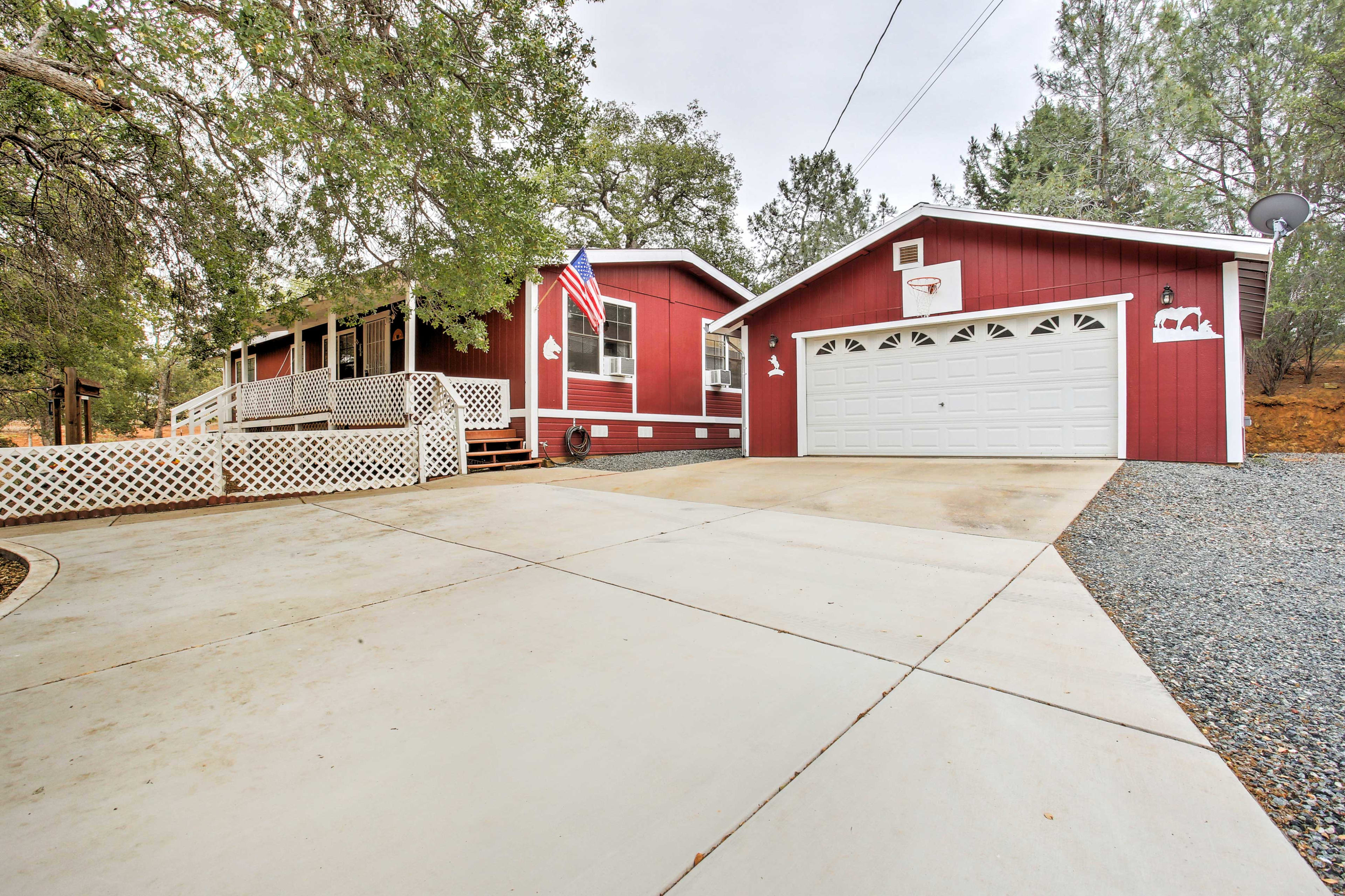 This quaint 3 bedroom, 2 bathroom vacation rental is in Coulterville.