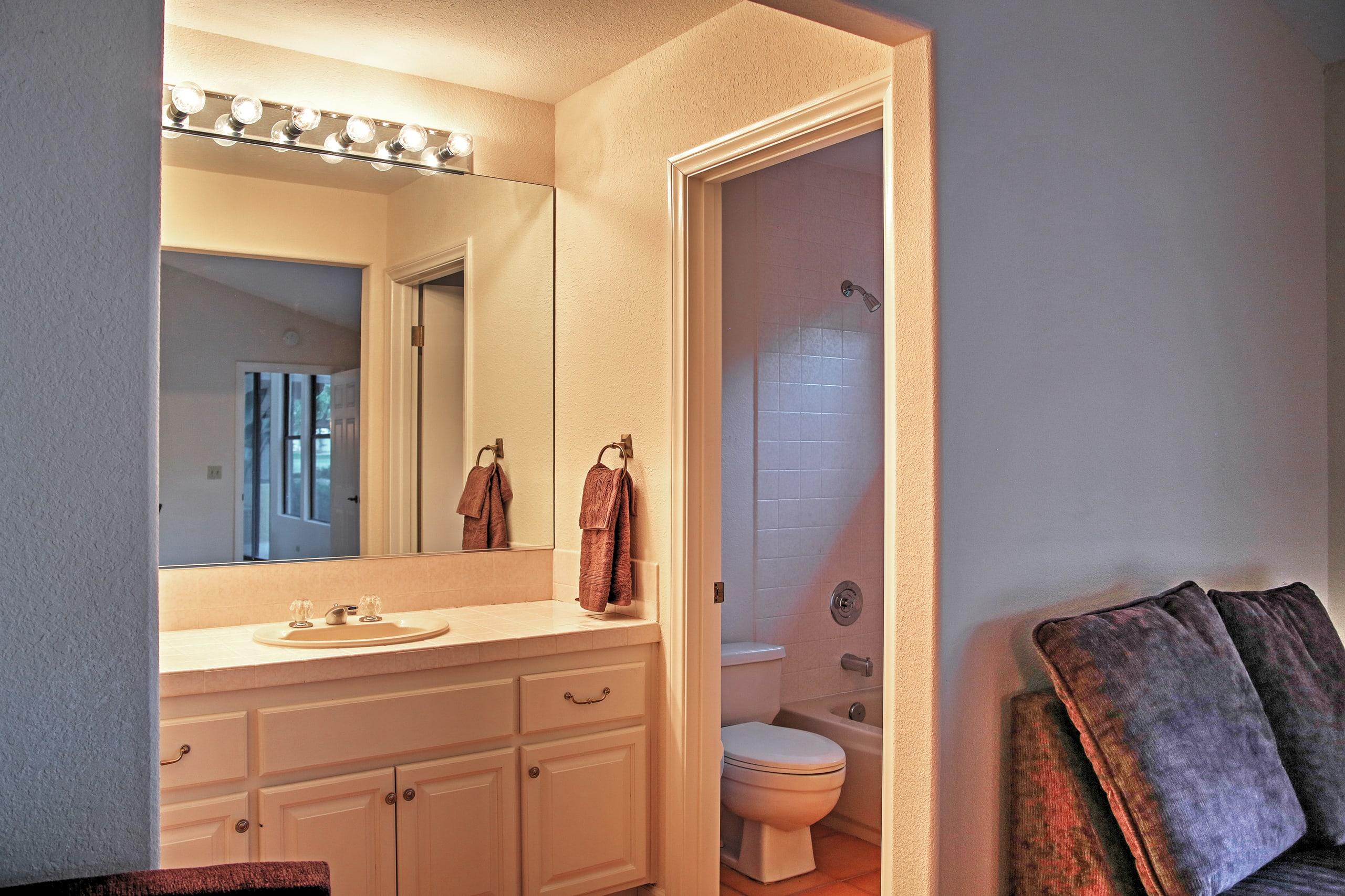 This en-suite bathroom is endlessly convenient.