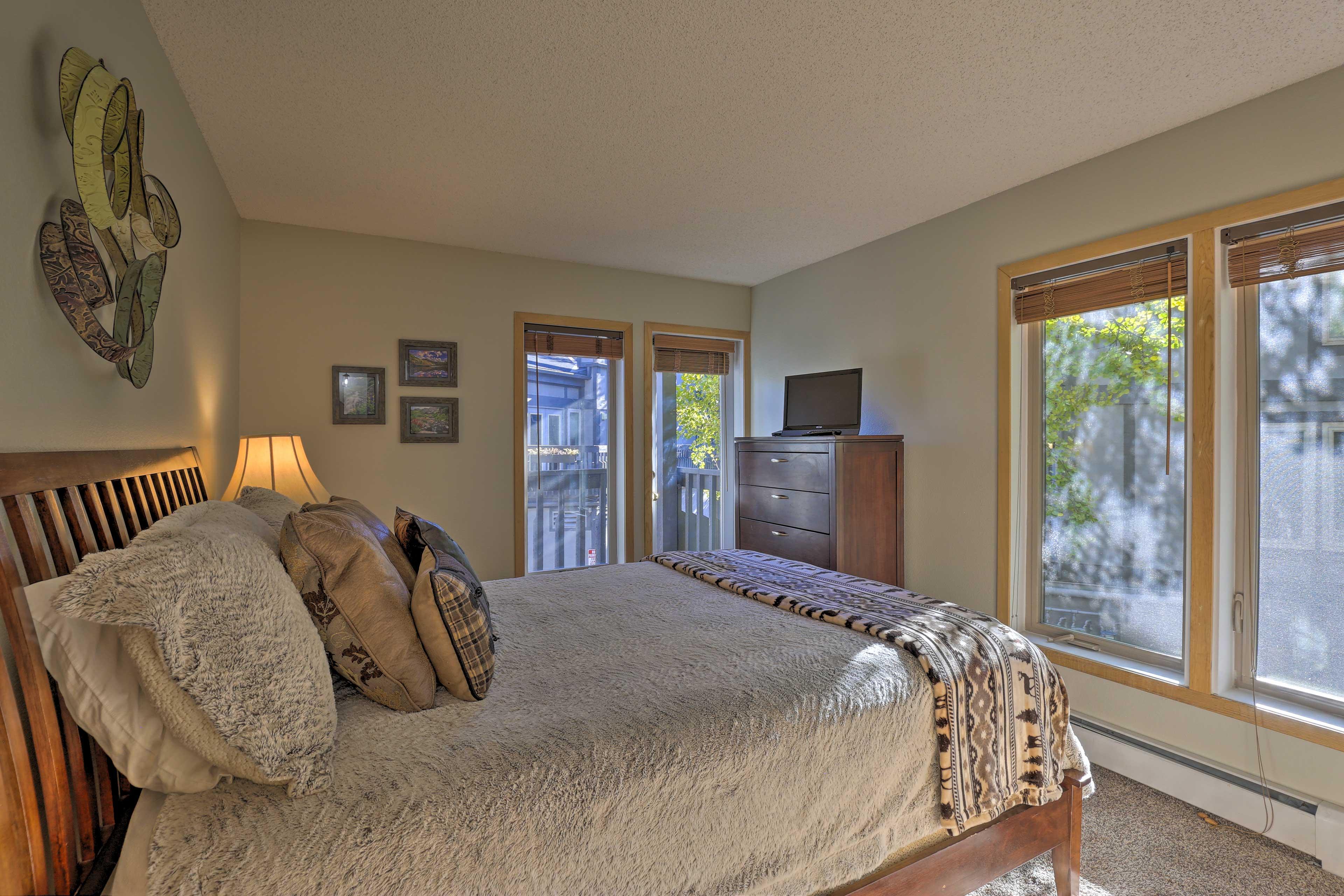 Bedroom 3 | Queen Bed | Flat-Screen Cable TV