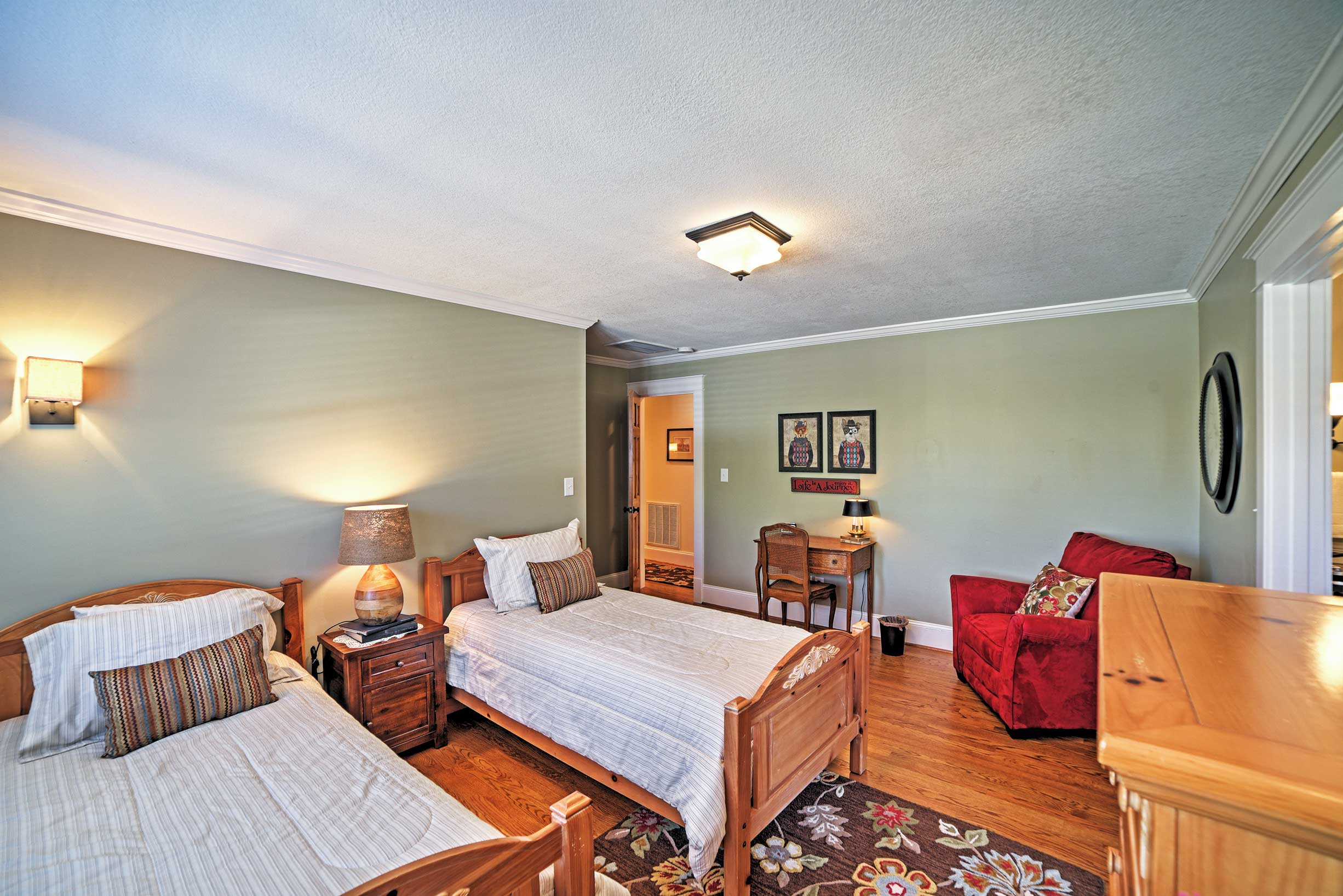 Book this magnificent Cleveland vacation rental house for everlasting memories!