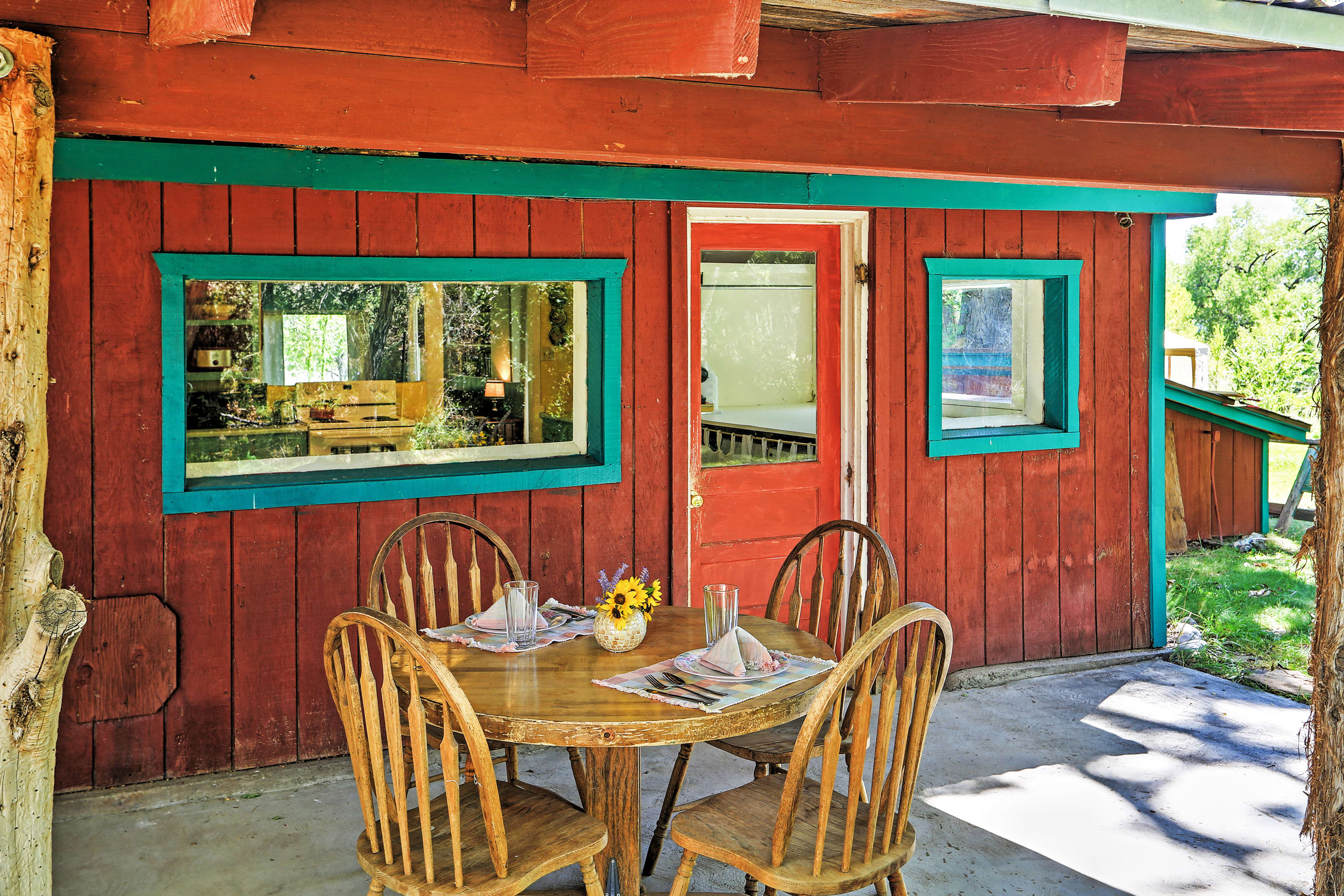 Enjoy meals outside in the shade!