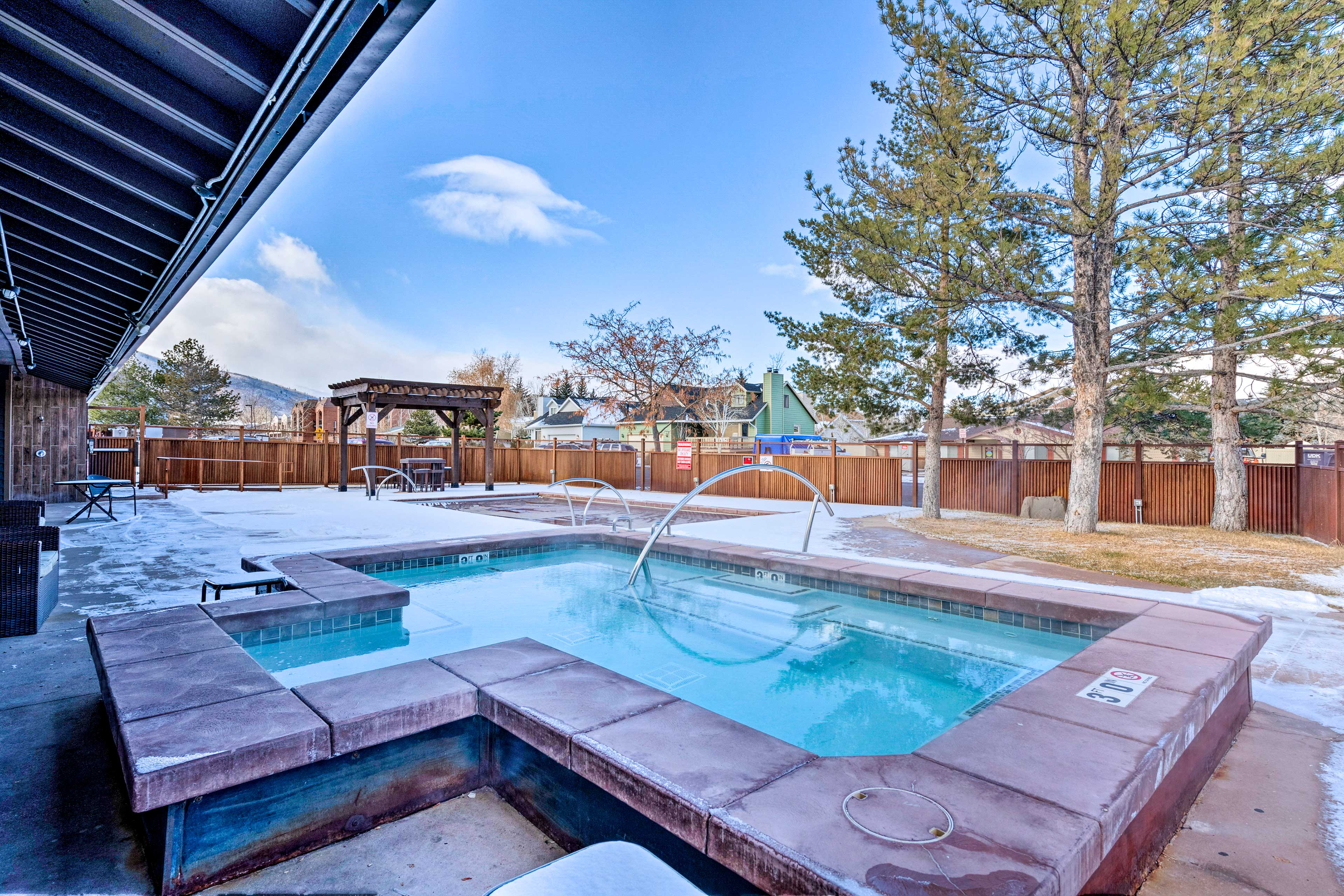 Your group of 4 will love the amenities including pools and hot tubs.