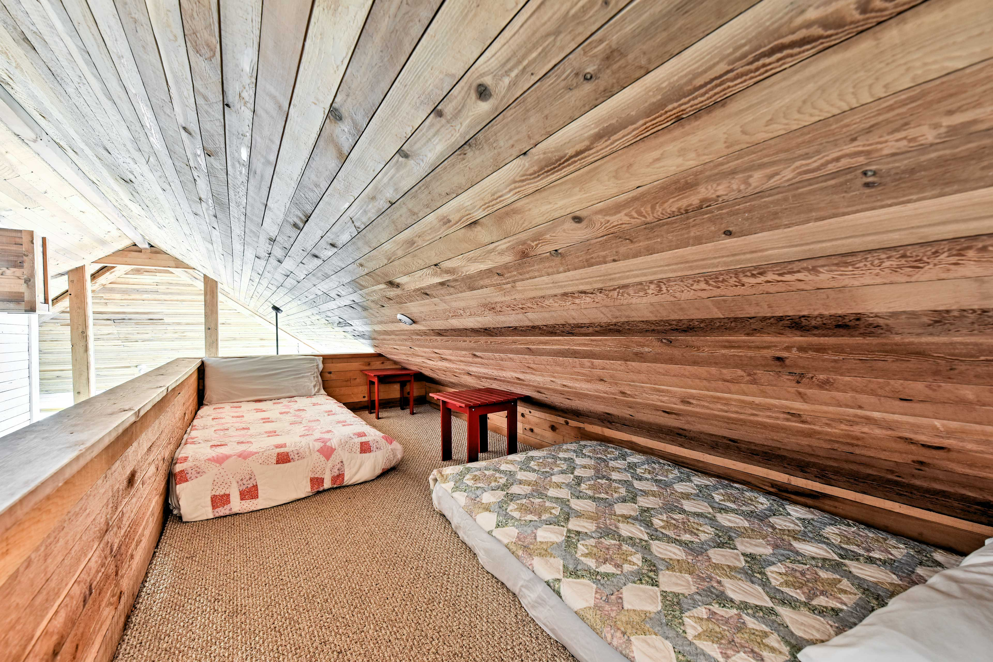 2 twin beds in the loft are great for kids!