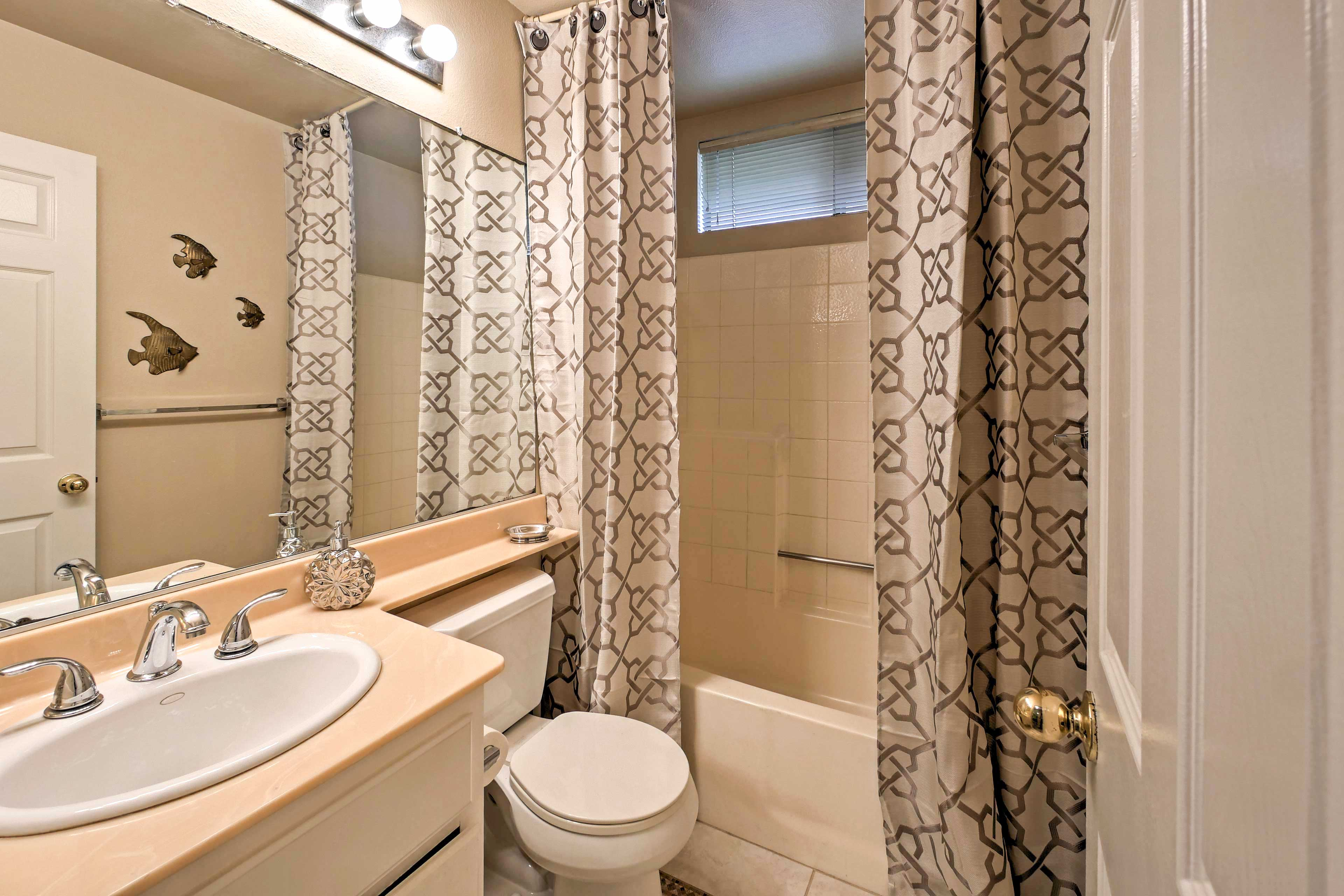 This bathroom also has a shower/tub combo.