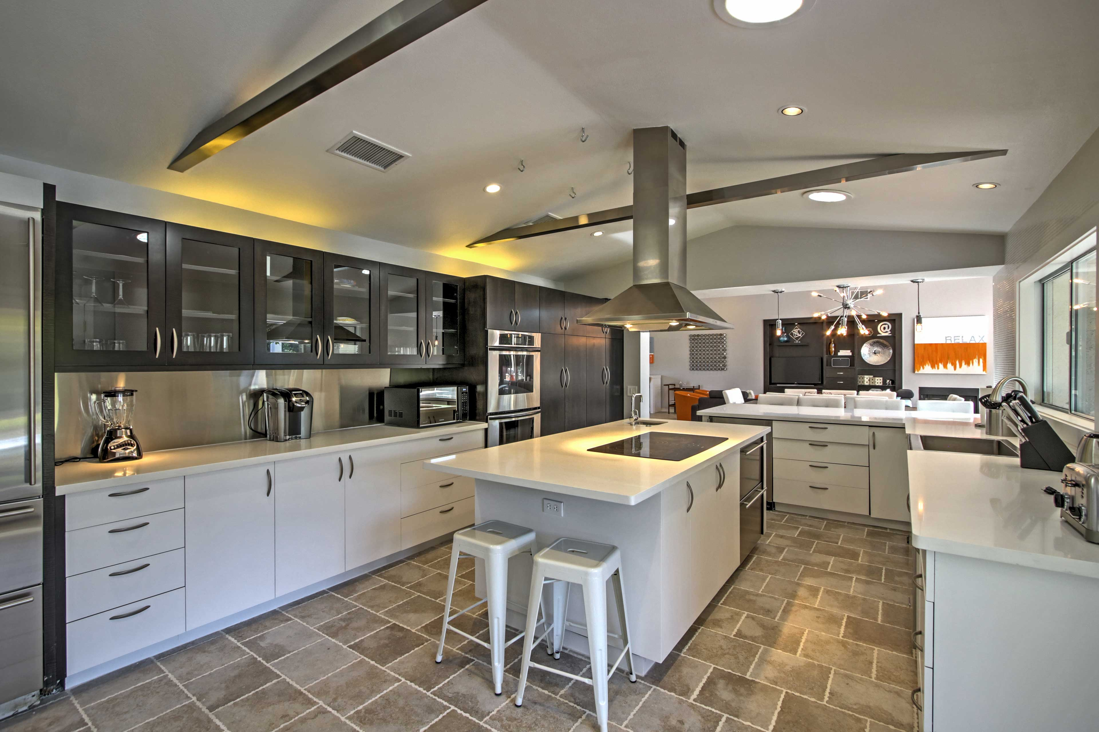 The fully equipped kitchen is a chef's dream!