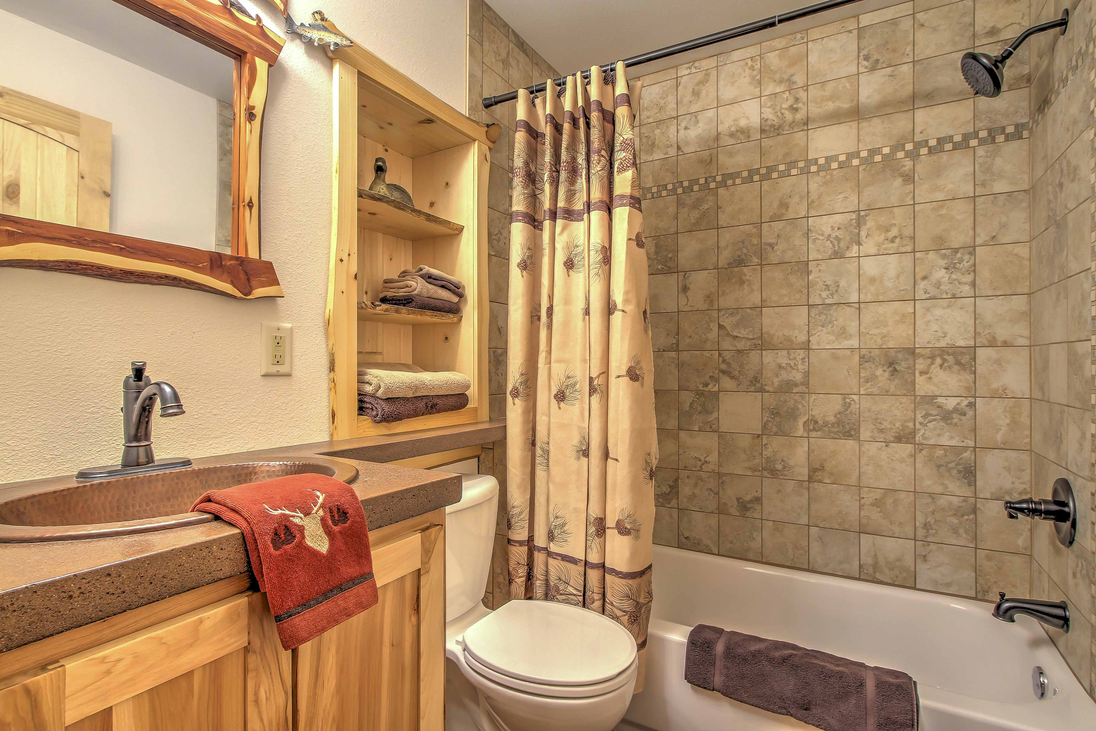Get ready for your day on the river in this full bathroom with shower/tub.
