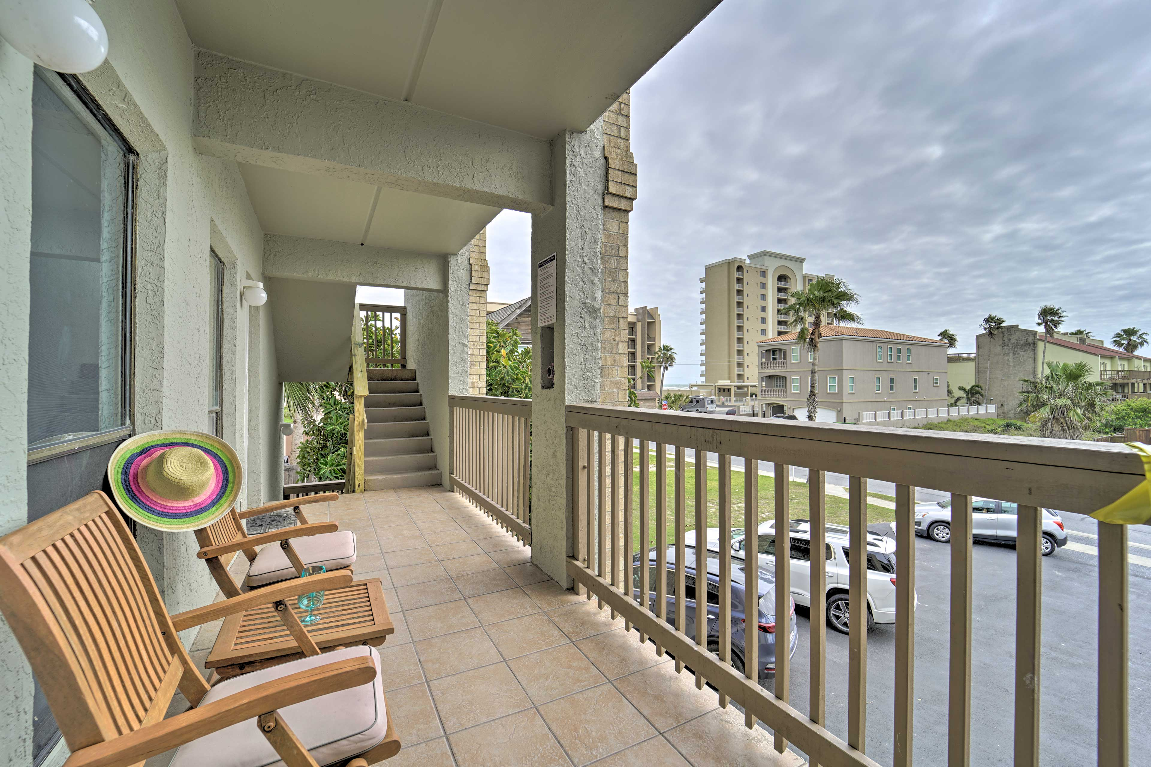 Outside or inside, this condo has an ideal space for you!