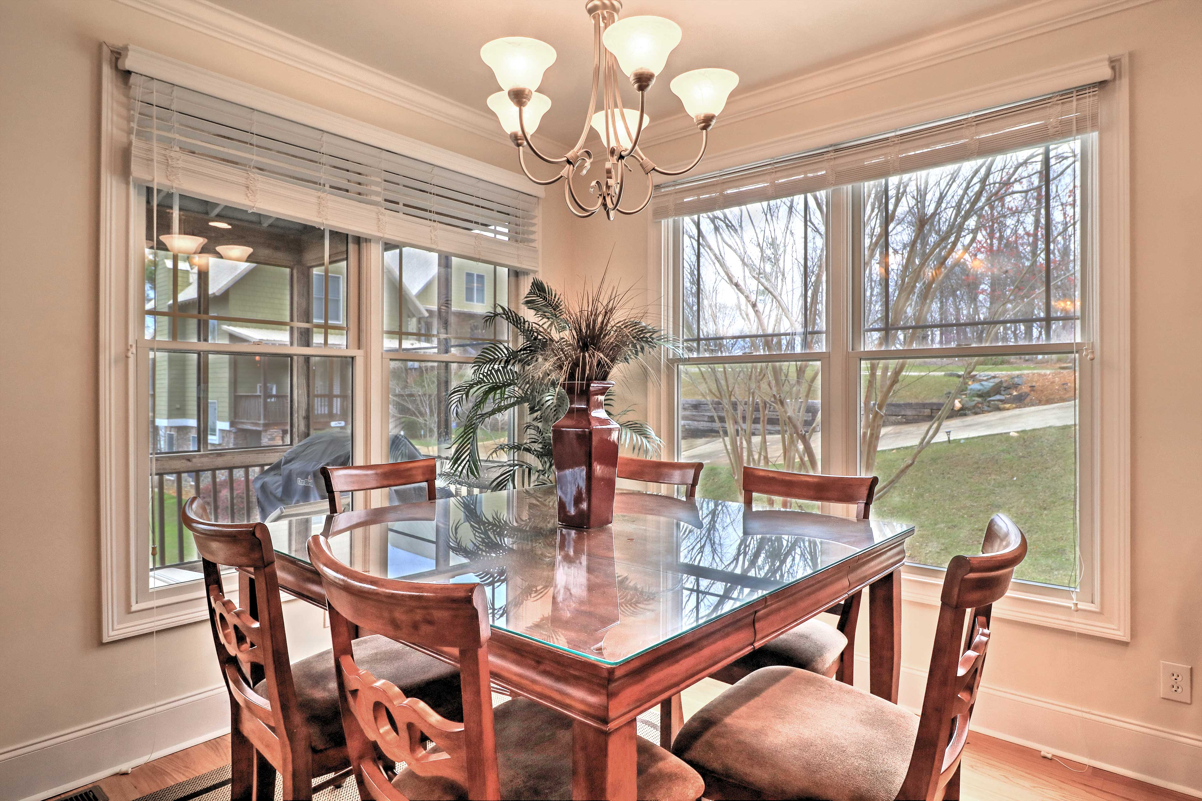 Sit down at the dining table and enjoy mealtime together!