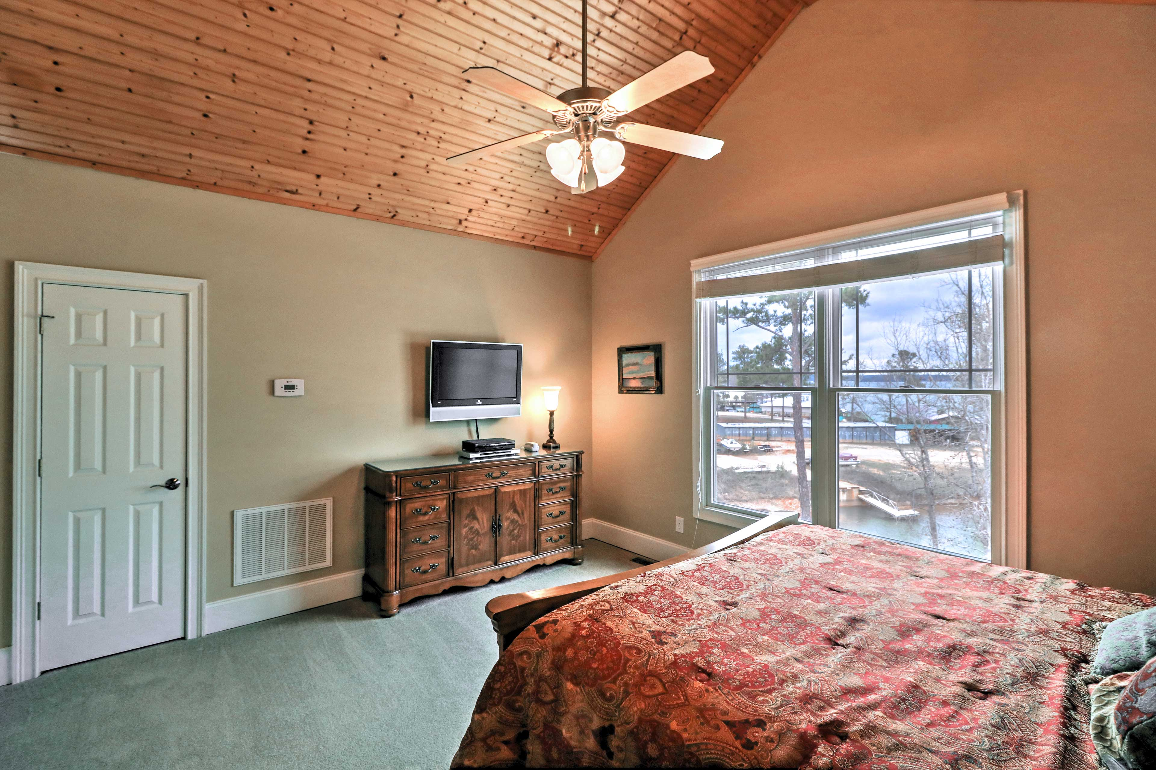 This room features a flat-screen TV and views of Lake Martin!